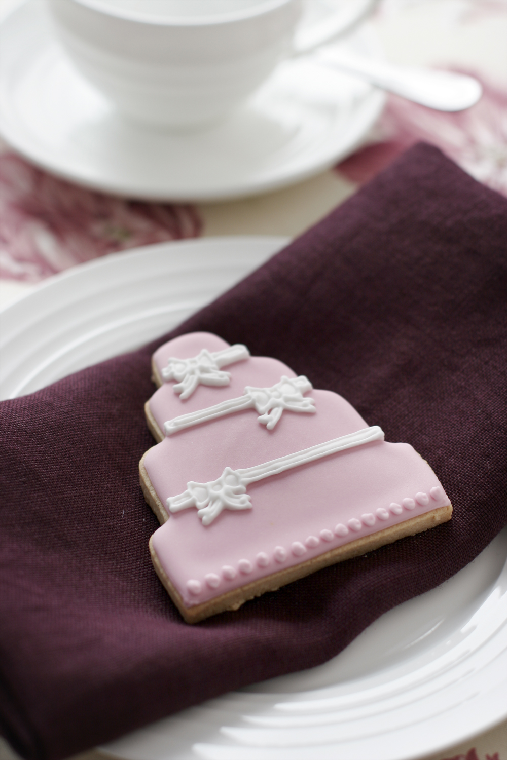 pink-cake-with-bows-favour.jpg
