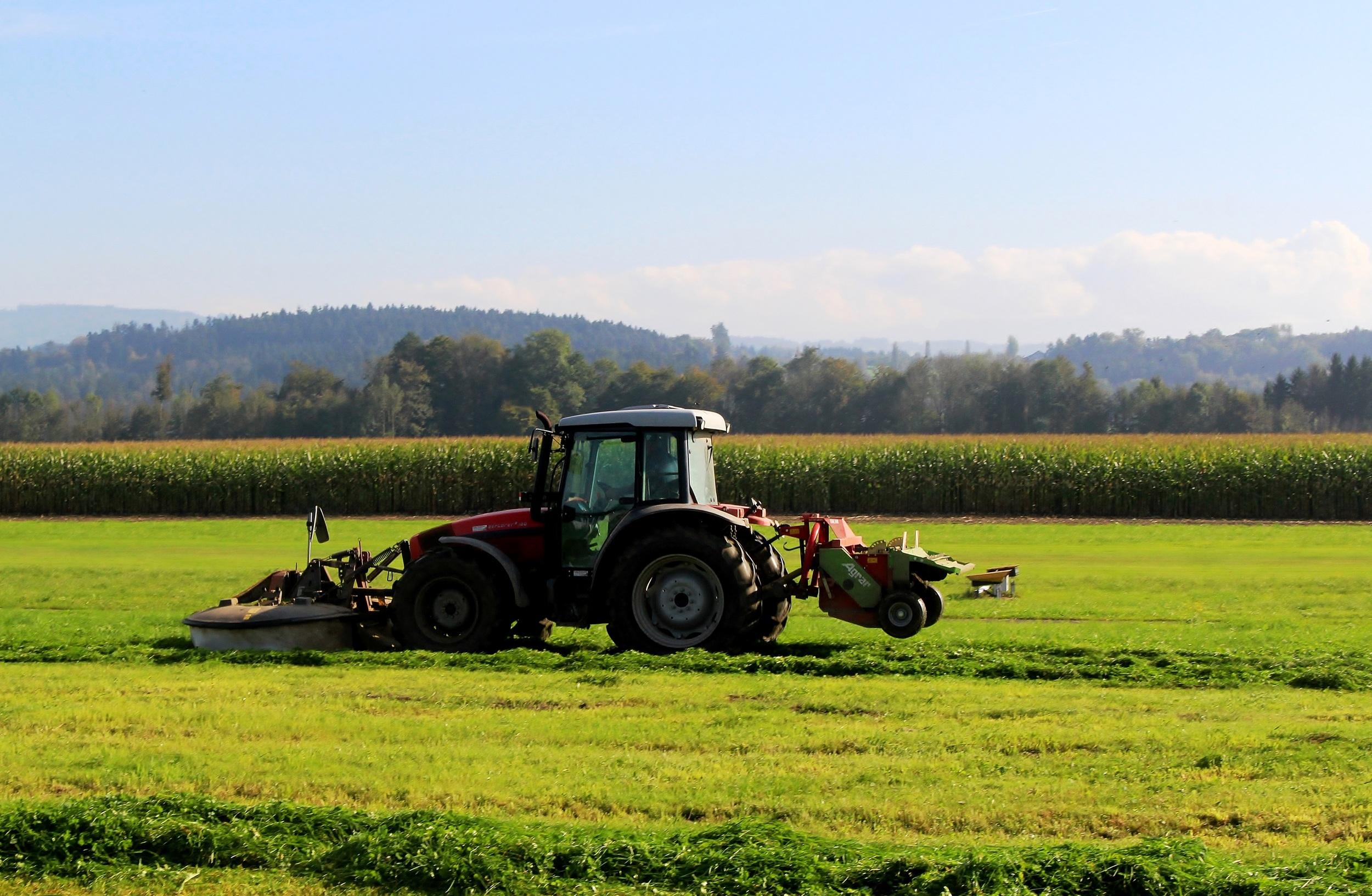 tractor-470405.jpg