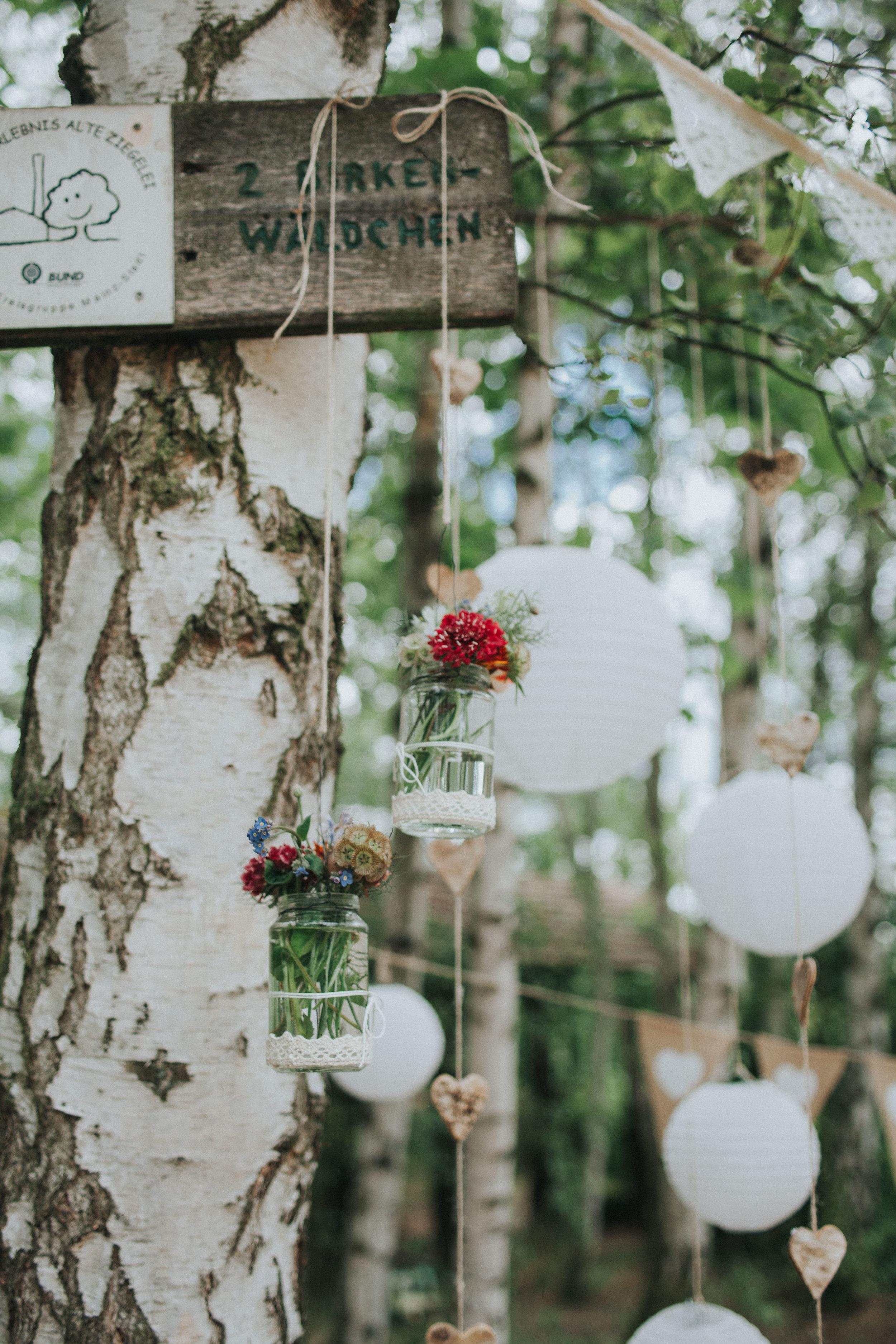 Birke geschmückt mit Blumen