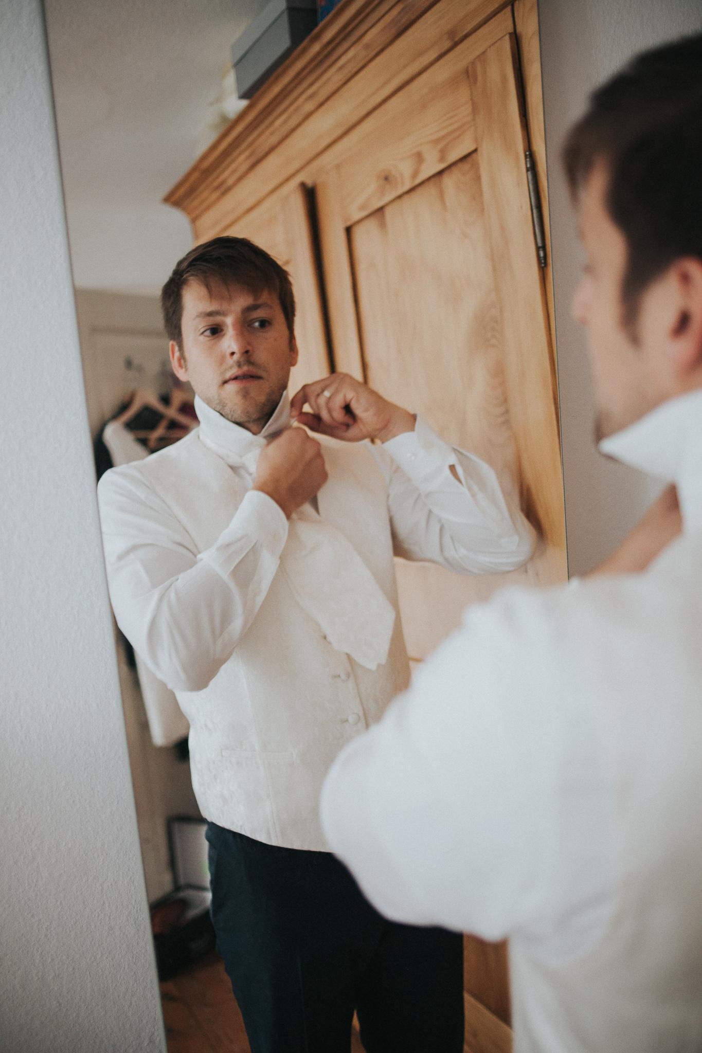 Getting Ready Mann bindet Krawatte