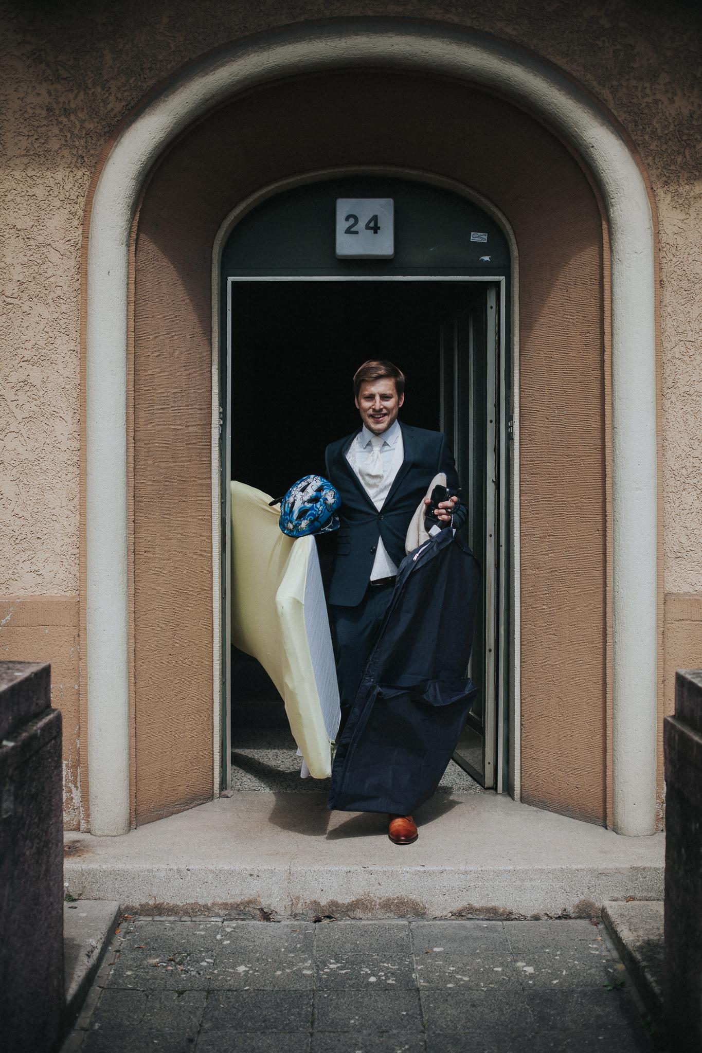Bräutigam verlässt das Haus