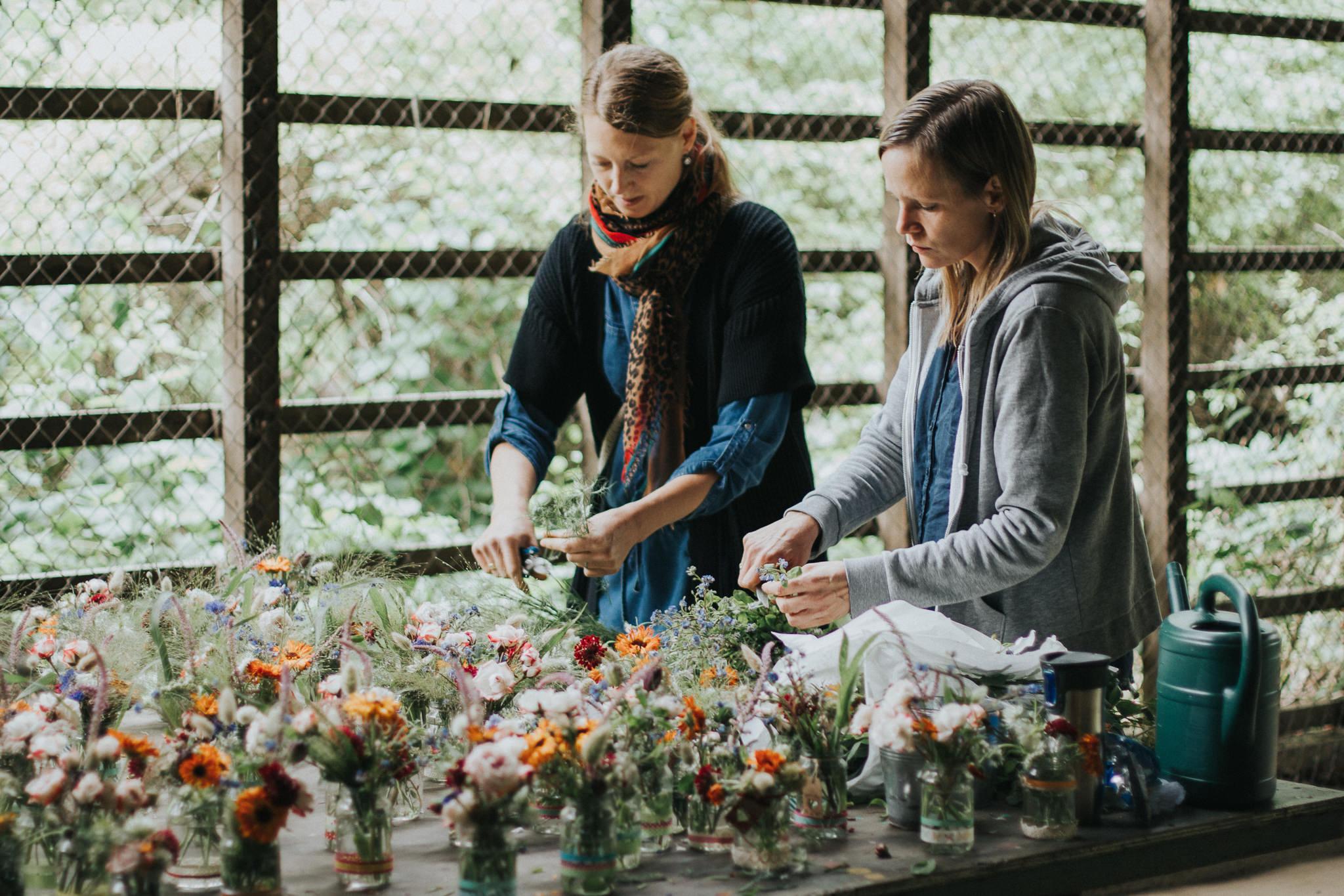 Zwei Frauen bereiten Blumen vor