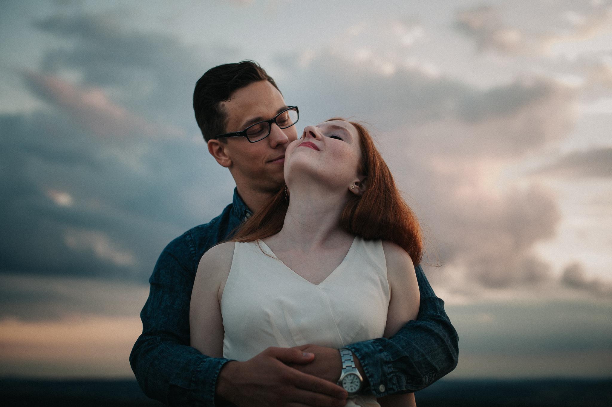 Paarportrait bei vor Wolken bei Sonnenuntergangslicht
