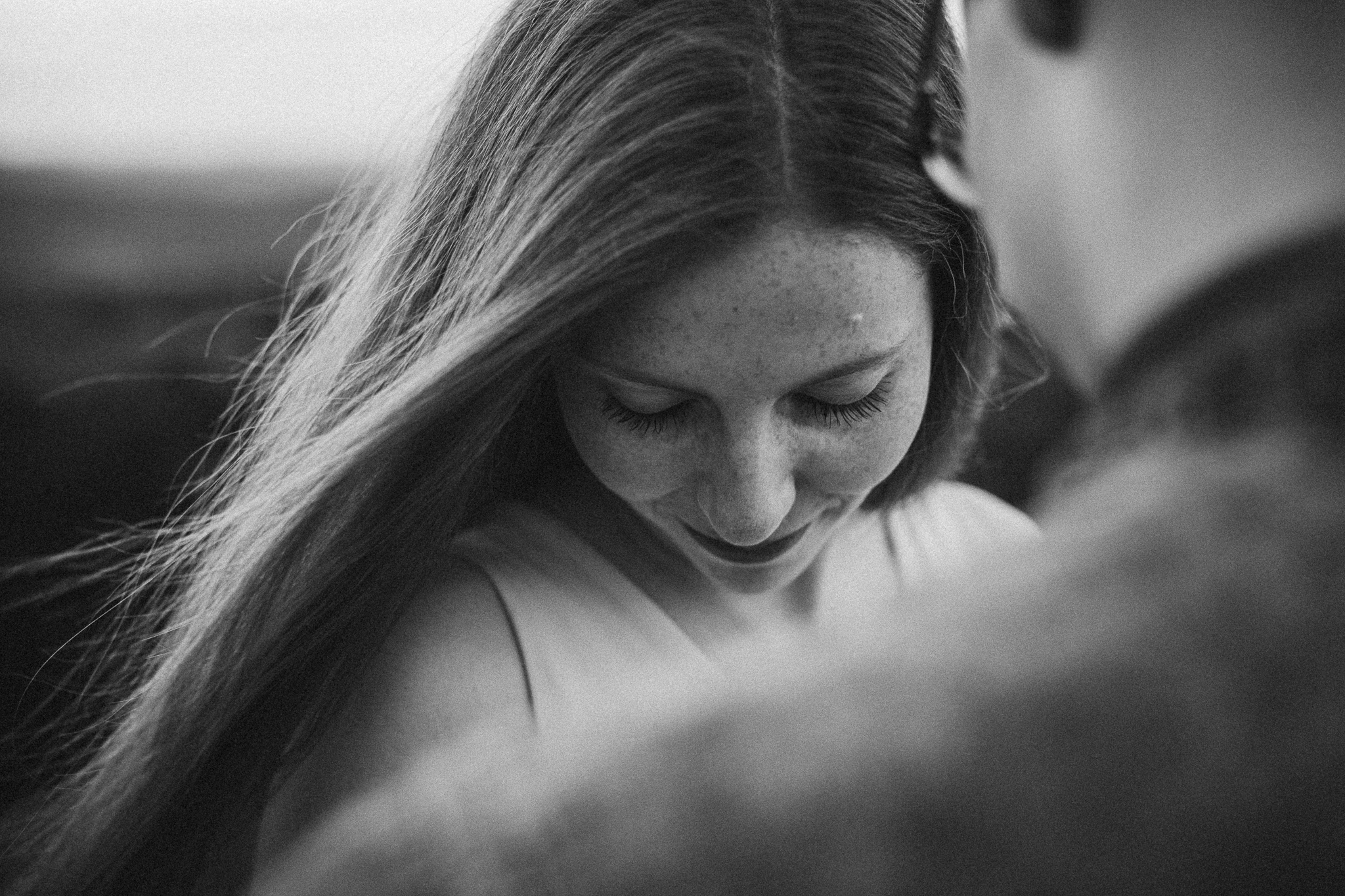 glückliches Lächeln einer Frau in schwarz-weiß