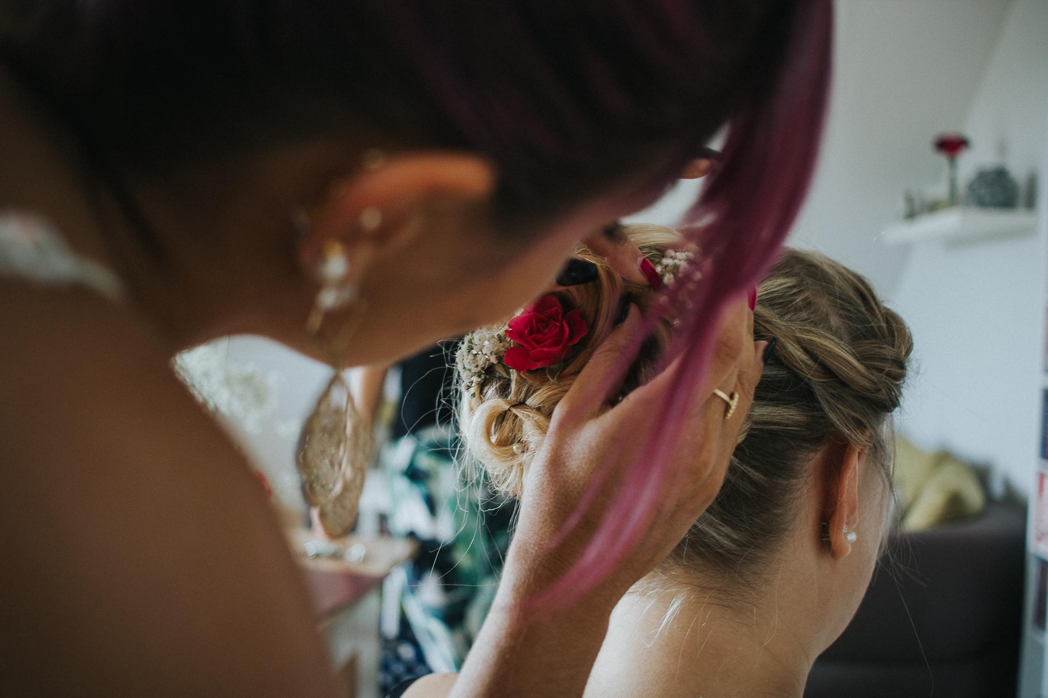 Frisur der Braut wird zurechtgemacht