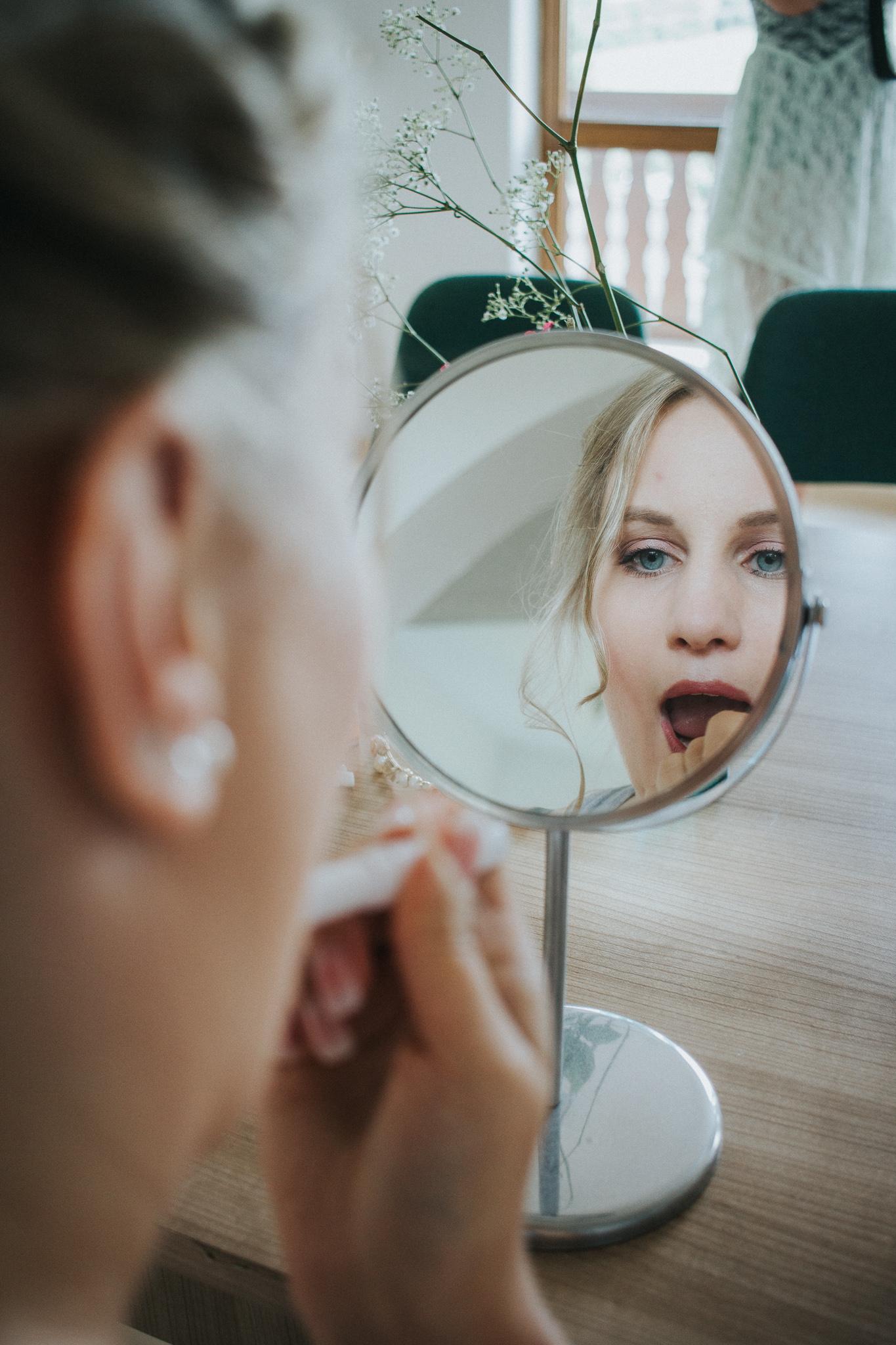Braut nutzt Lippenstift