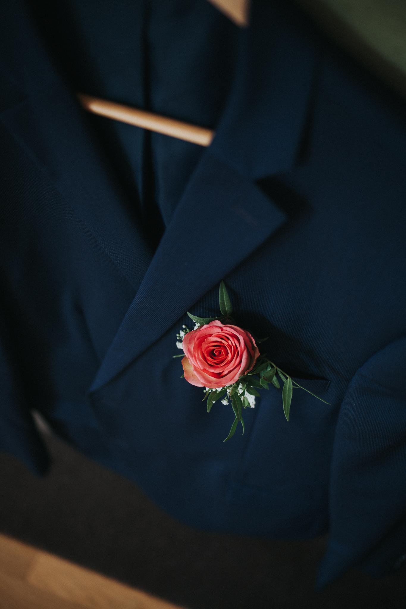 Hochzeitsanzug mit Rose
