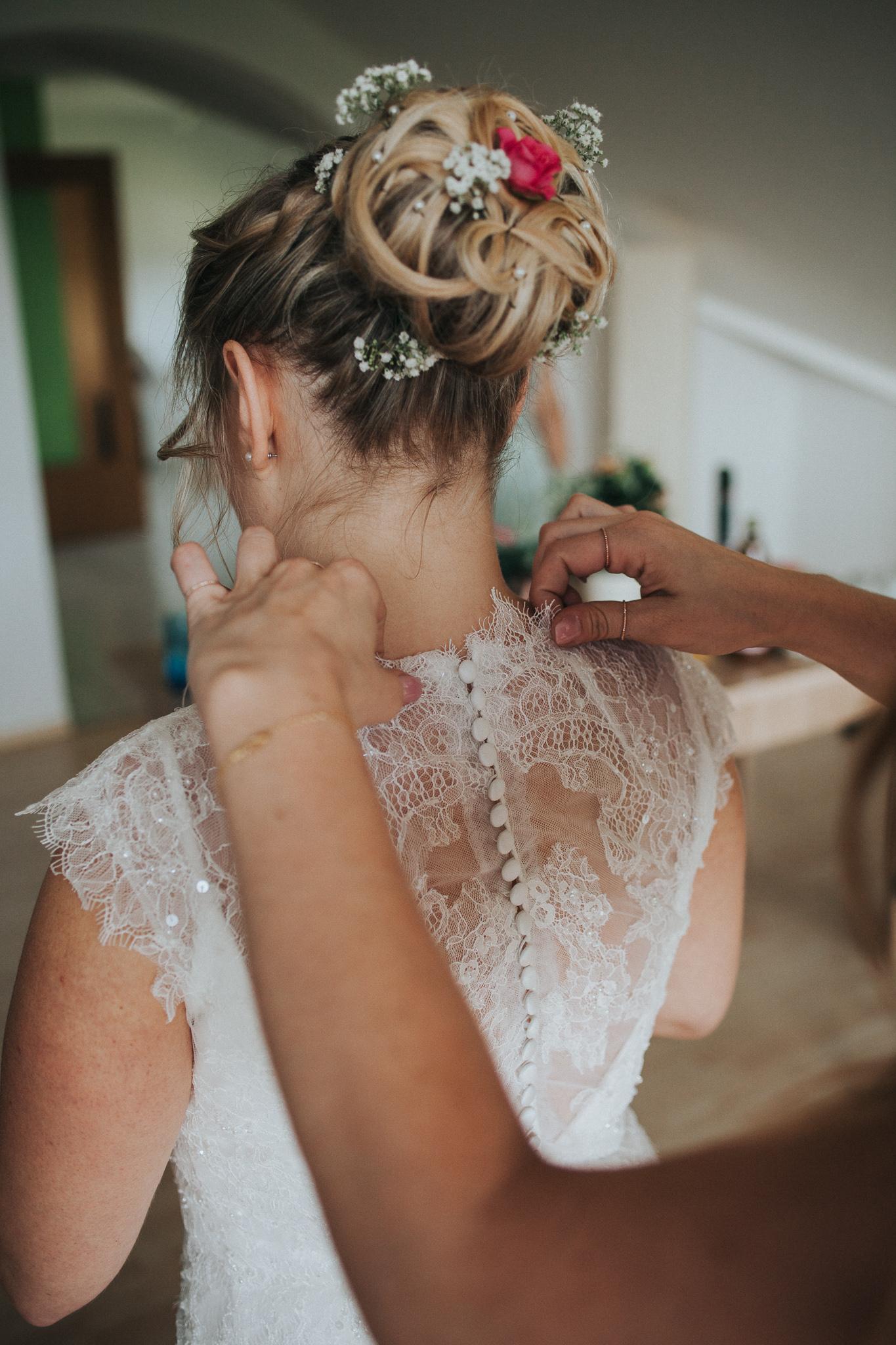 Braut wird von Trauzeugin zurechtgemacht