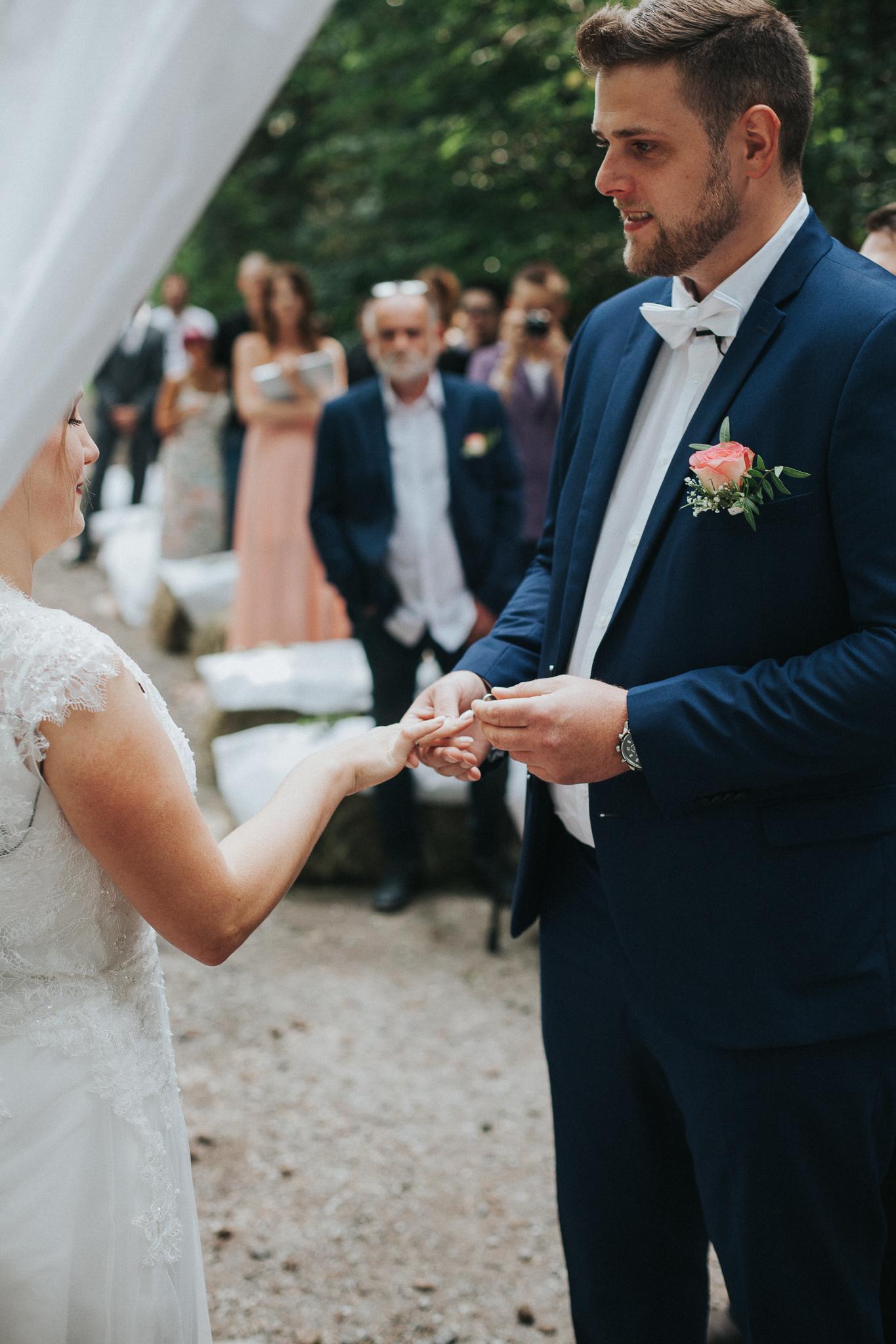 Bräutigam steckt Braut Ring an den Finger