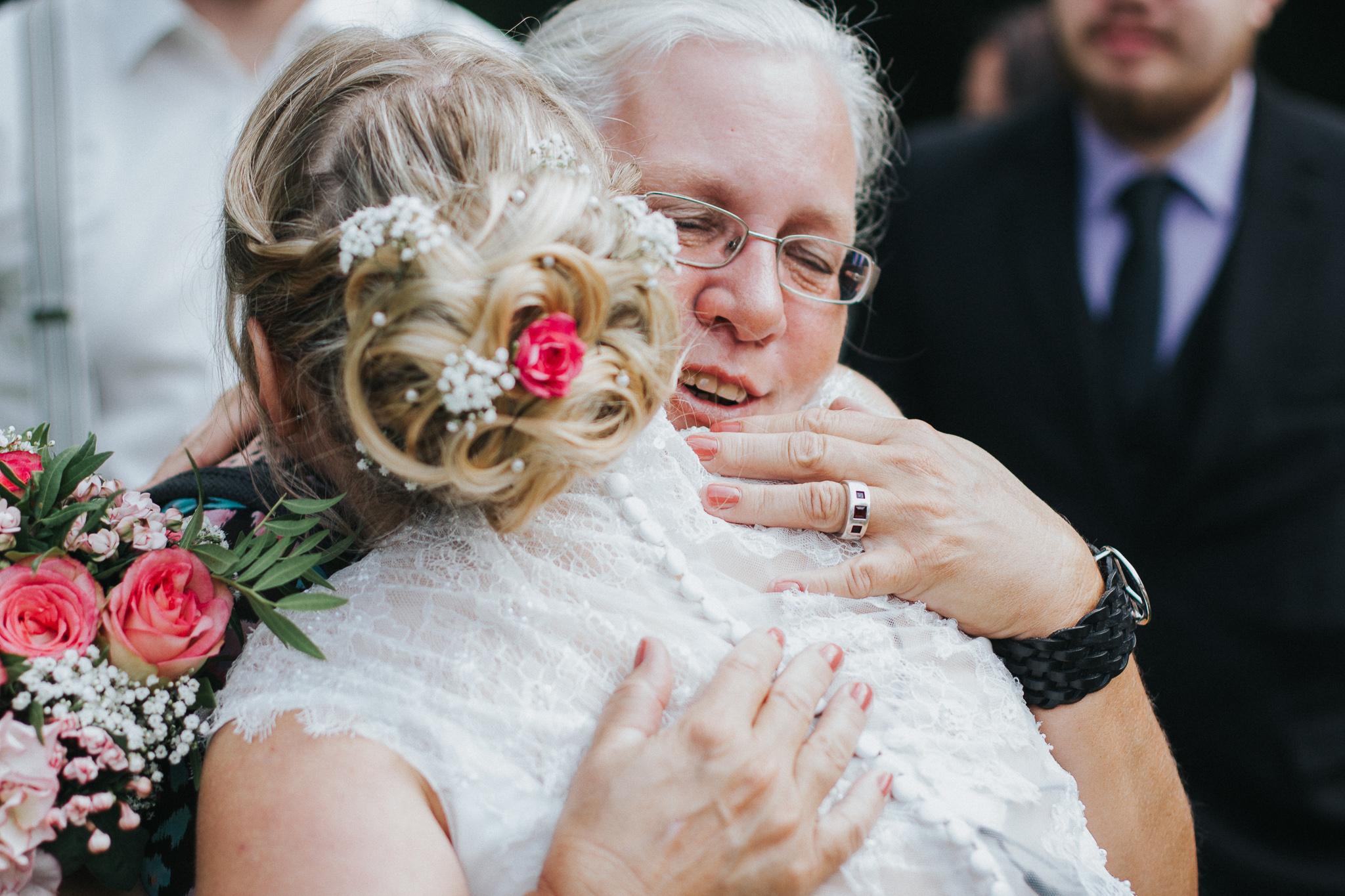 Mutter gratuliert der Braut