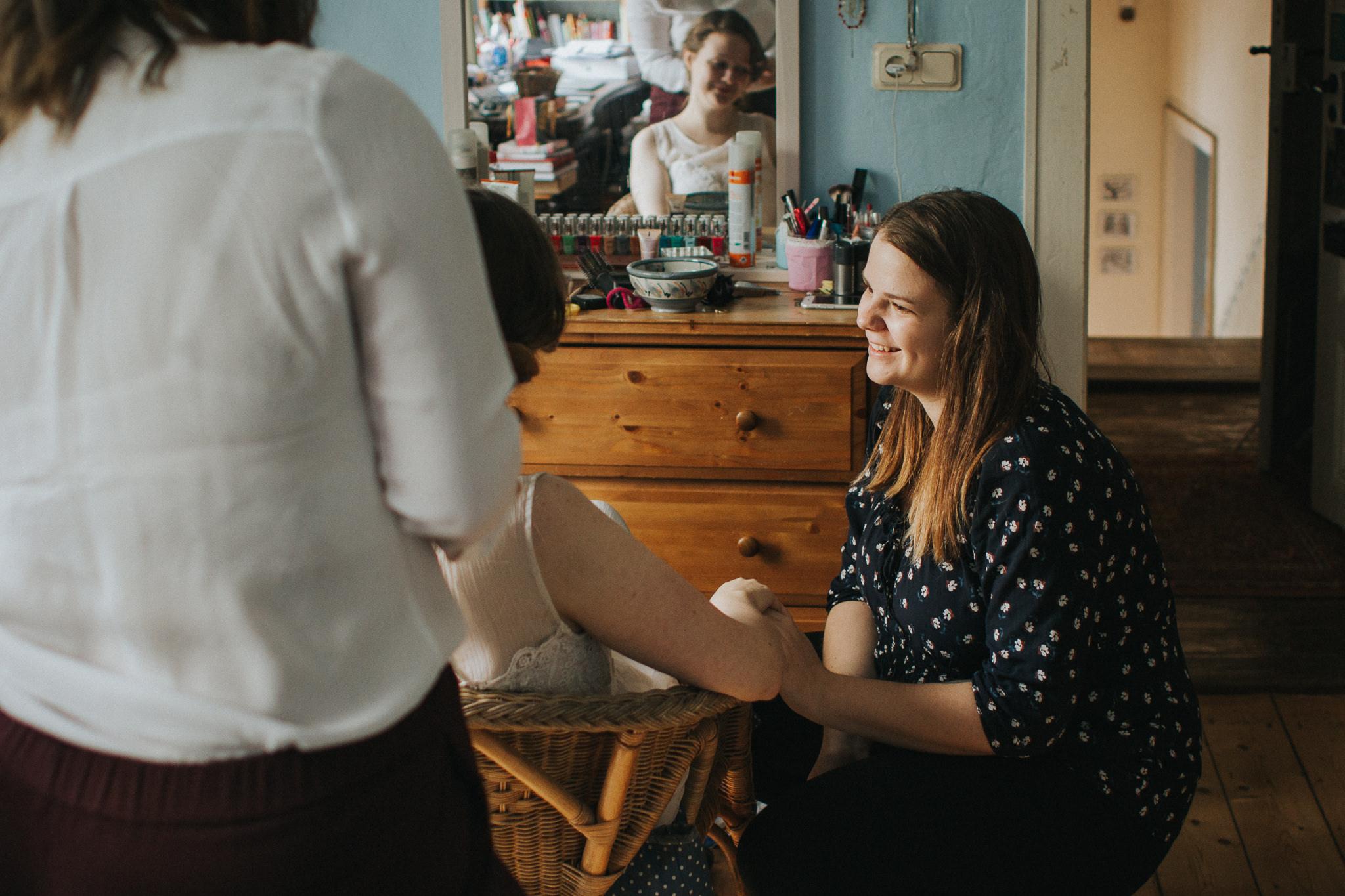 Trauzeugin spricht mit Braut