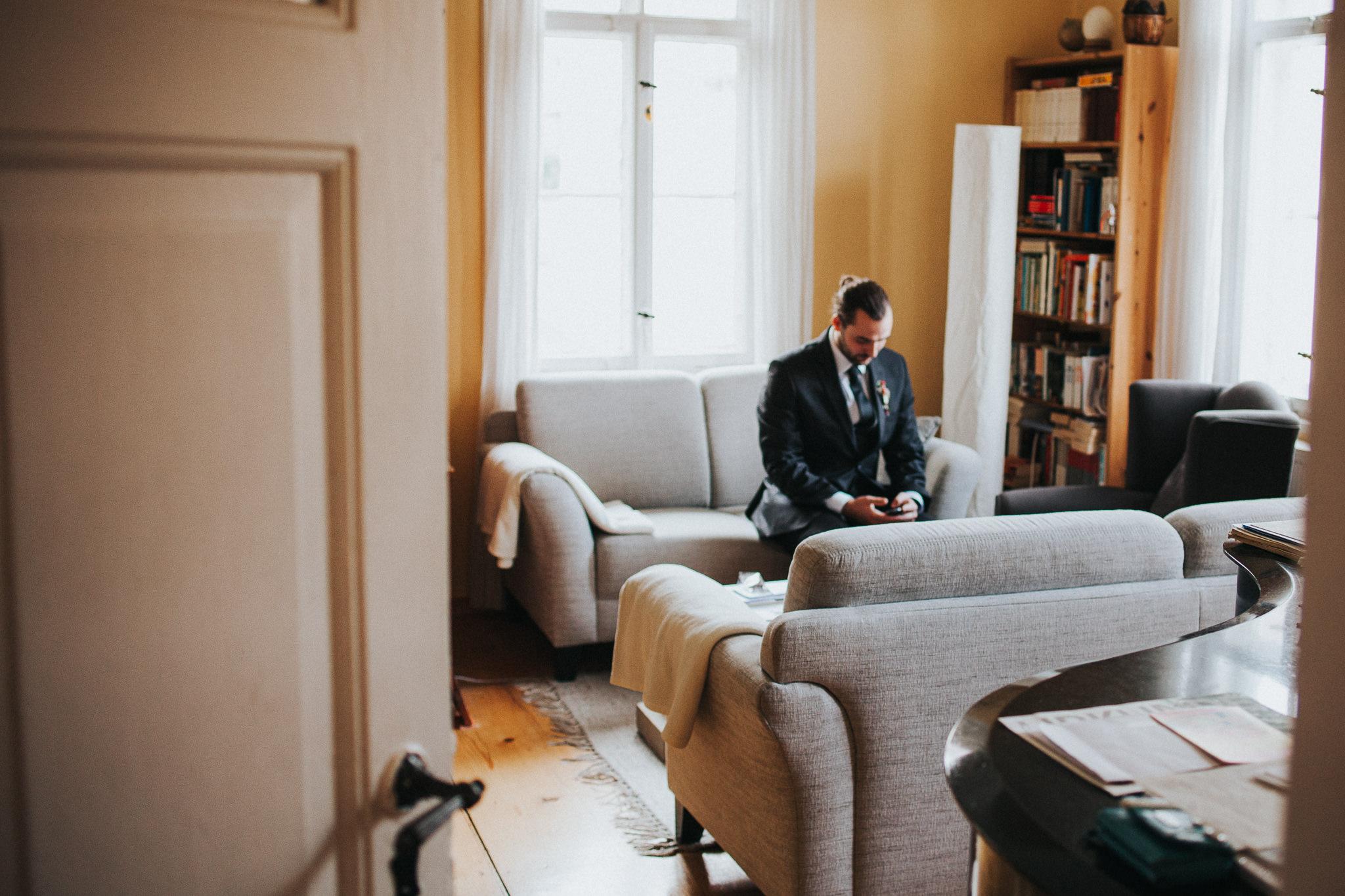 Bräutigam im Wohnzimmer