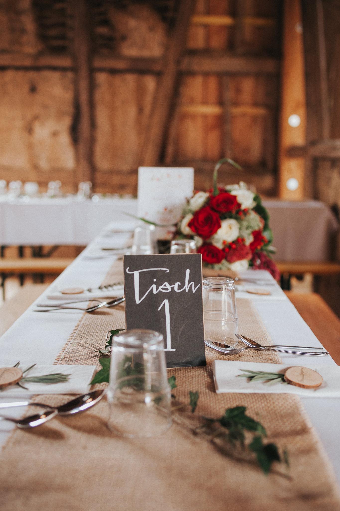 Hochzeitstisch mit Strauß