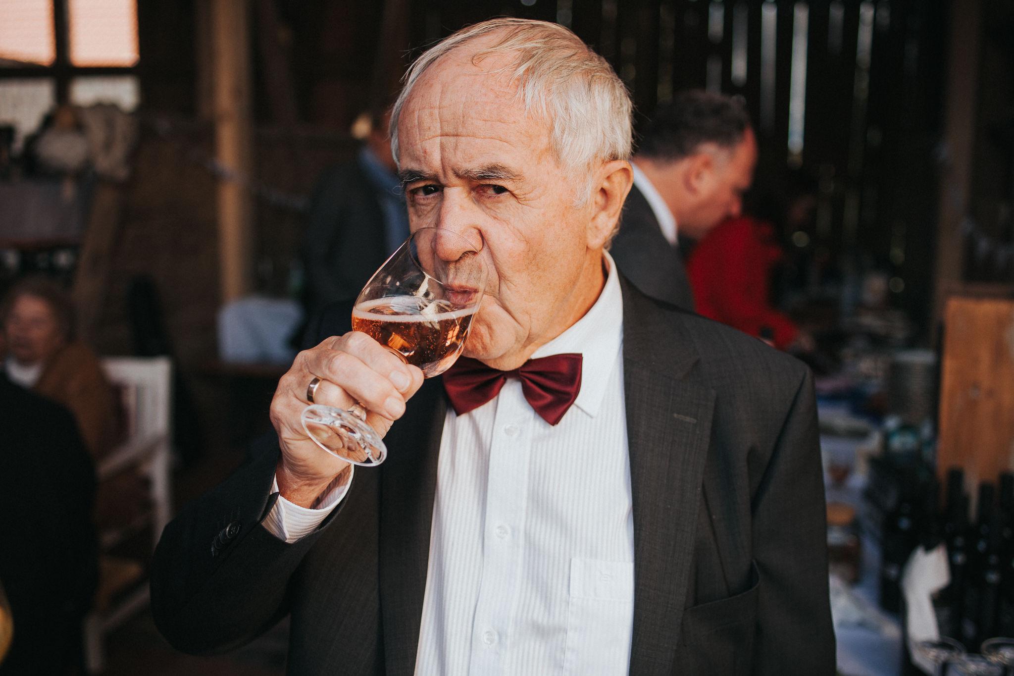 Portrait von Großvater mit Wein