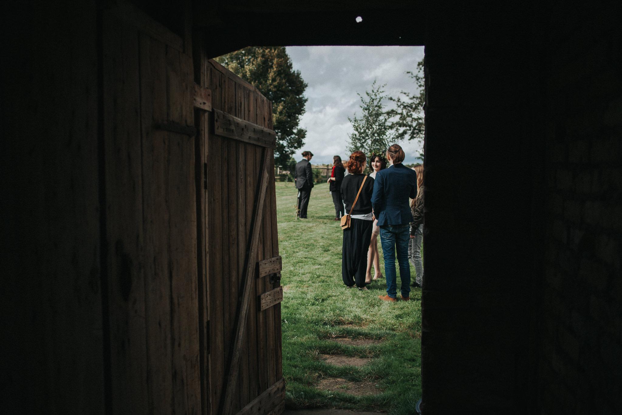 Scheunentür zum Garten mit Hochzeitsgästen