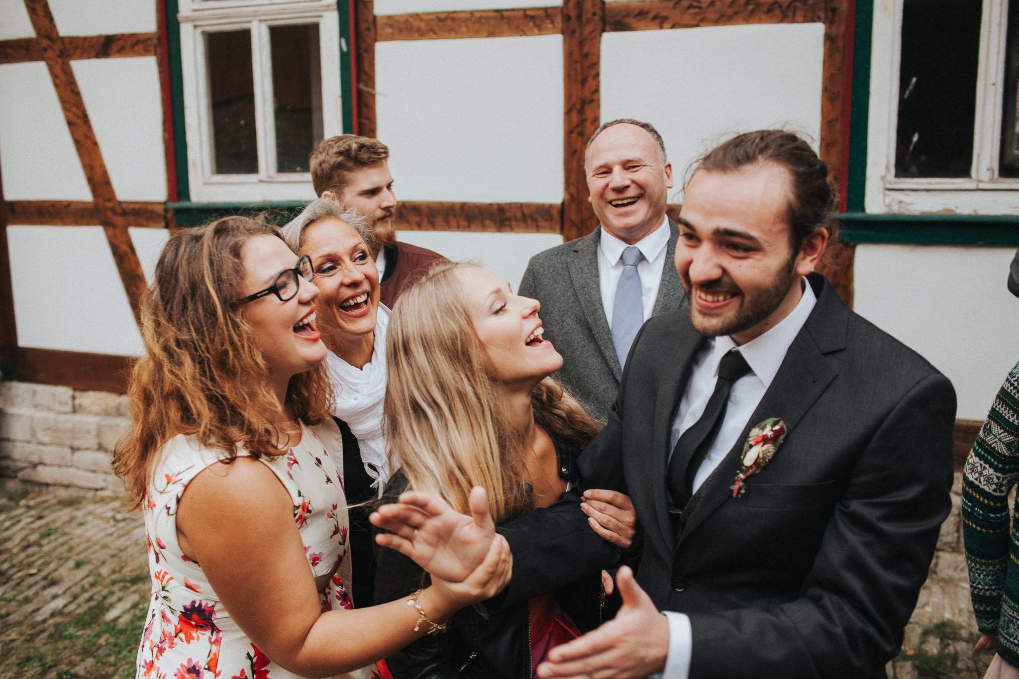 Familie des Bräutigams lacht