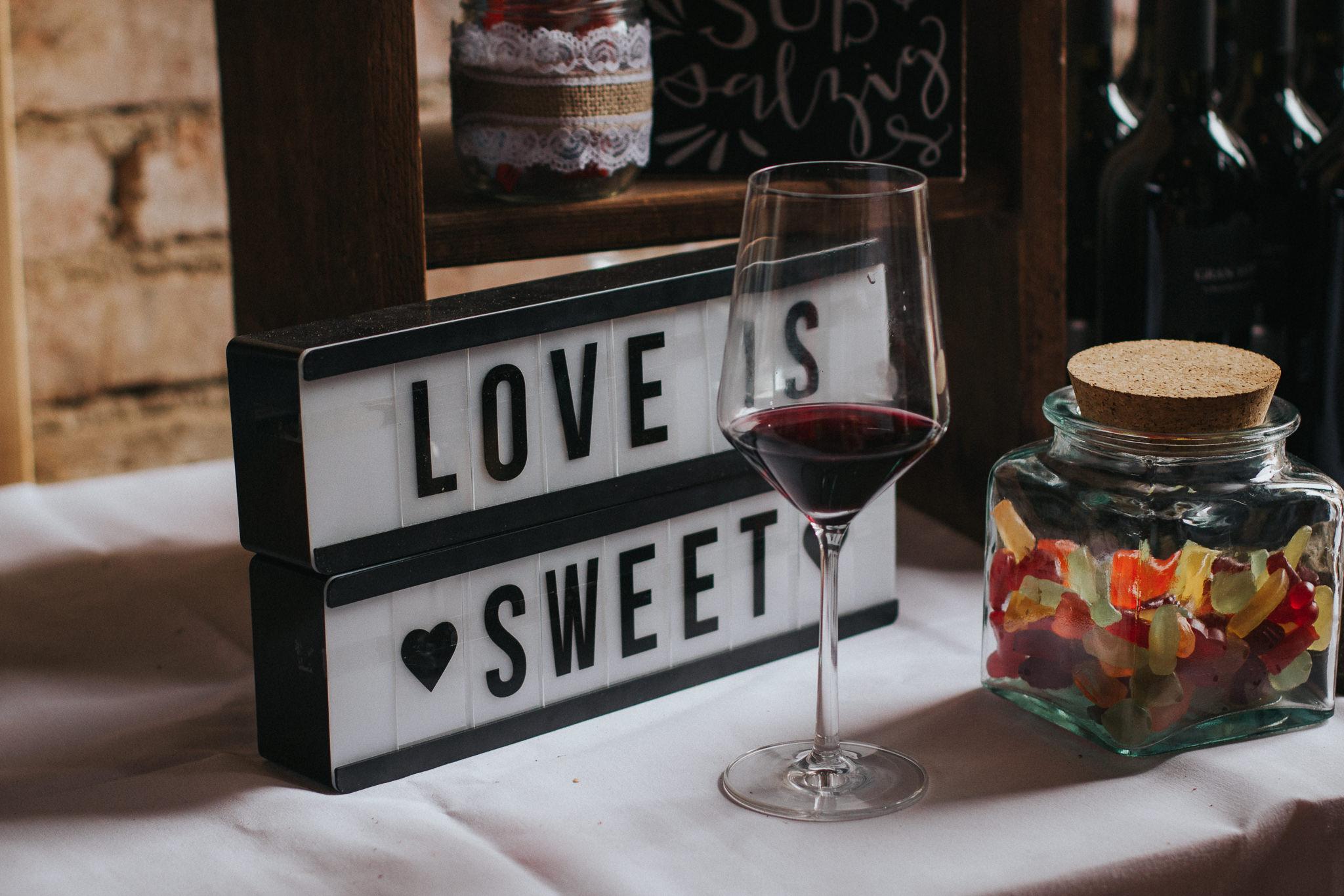 """Schild """"Love is Sweet"""""""