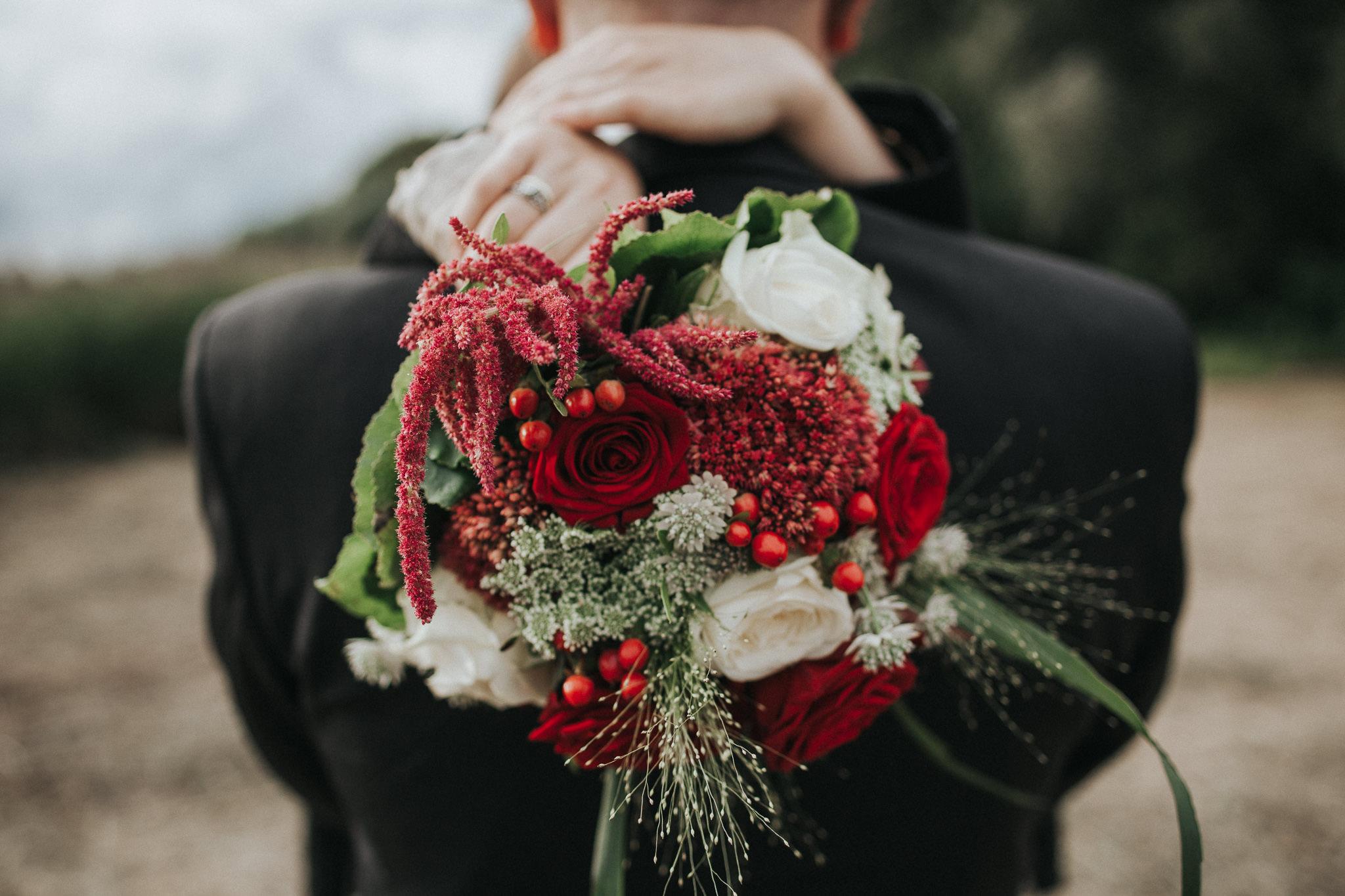 Brautstrauß mit roten und weißen Rosen