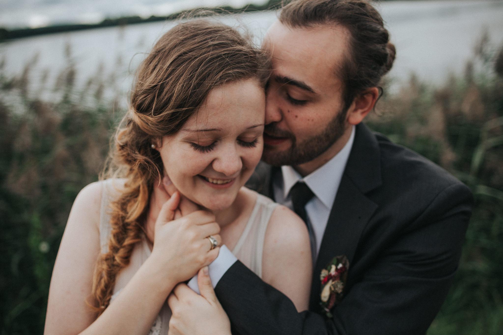 Braut und Bräutigam lächeln glücklich