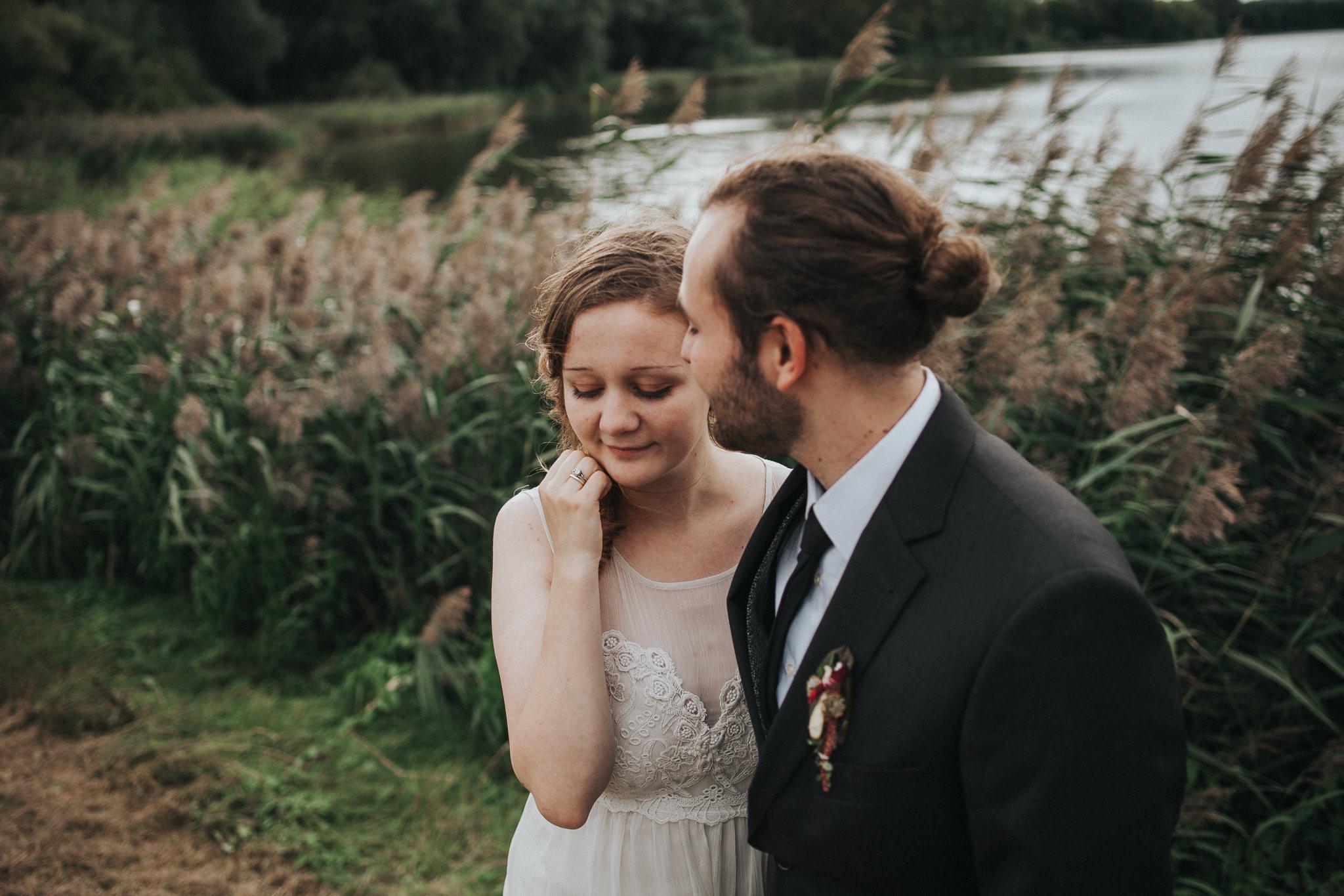 Braut und Bräutigam vor Schilf