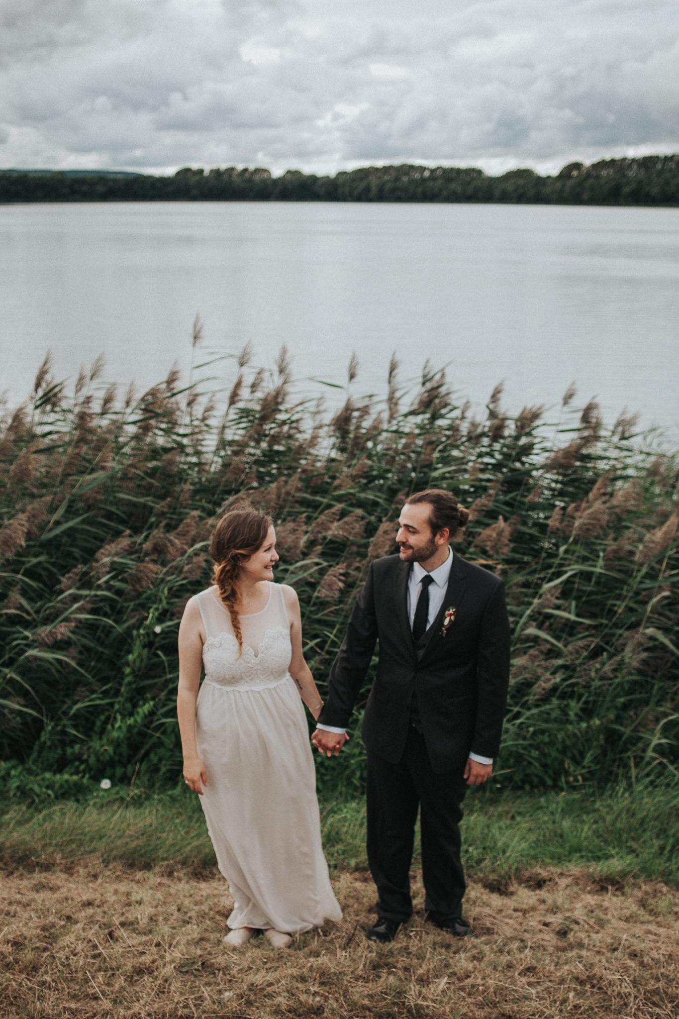 Brautpaar steht Hand in Hand
