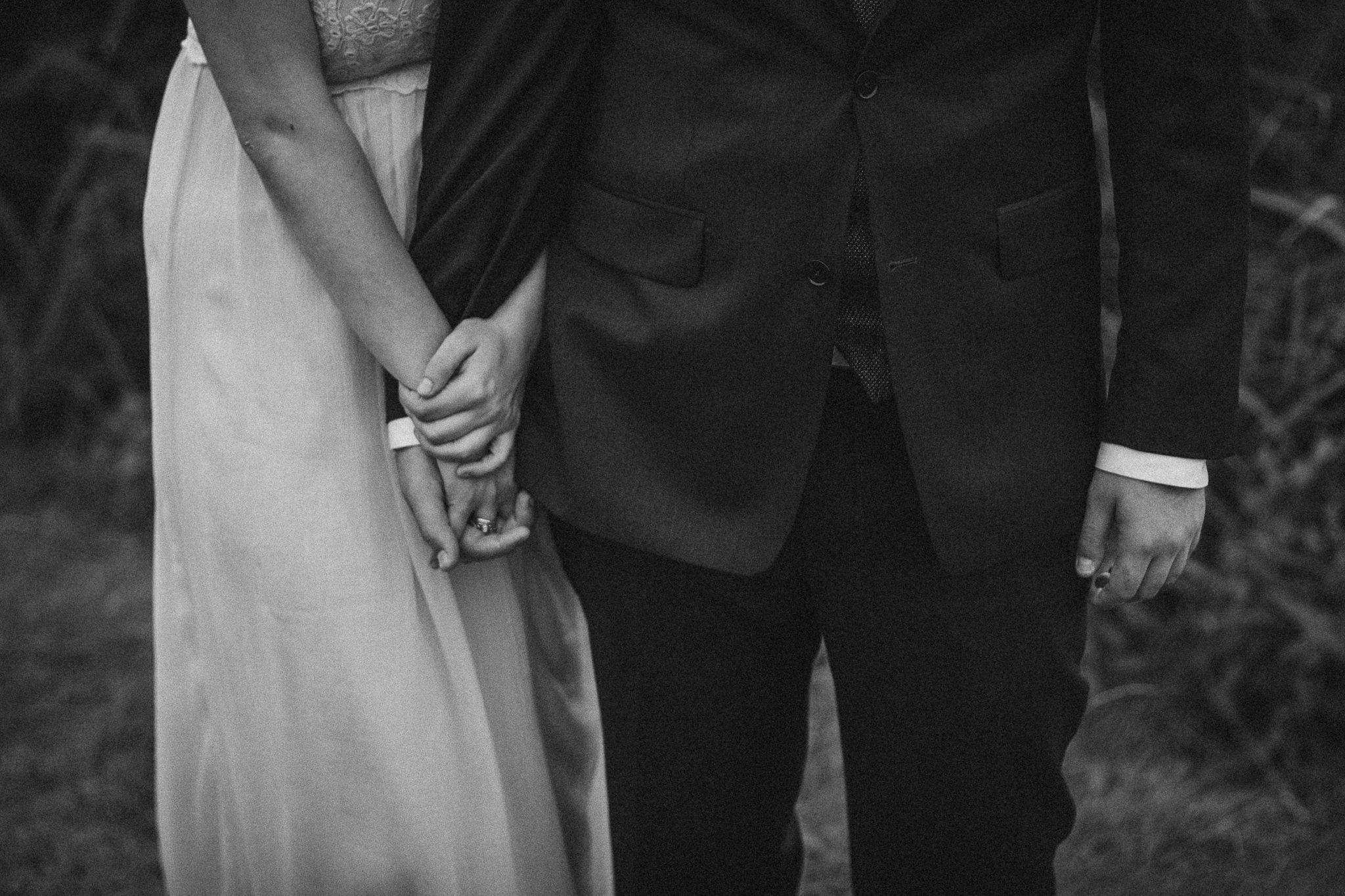 Brautpaar Händchen halten