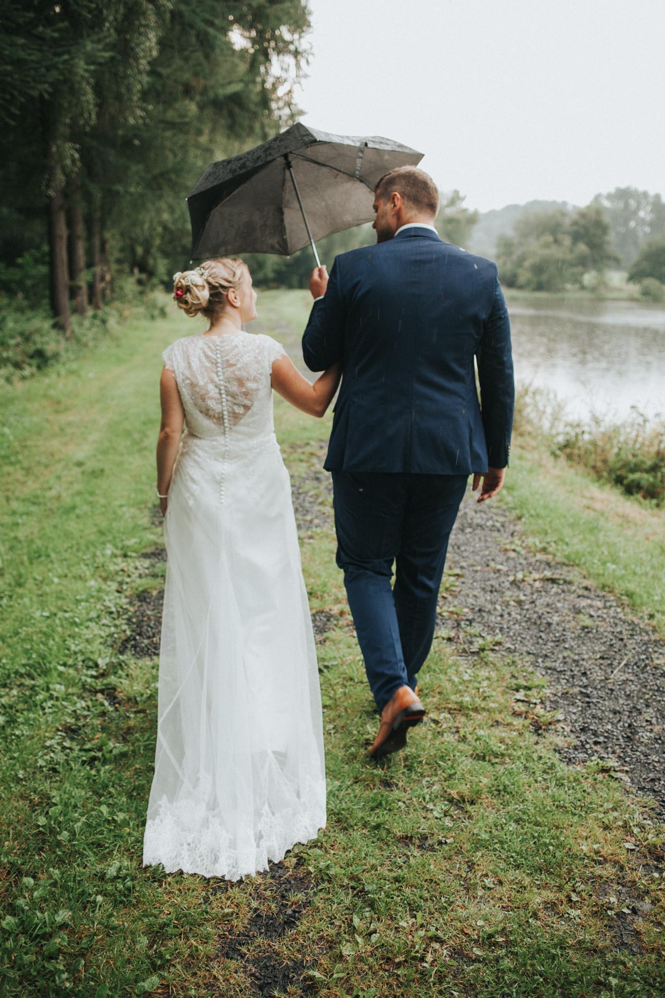 Hochzeitspaar unter Regenschirm