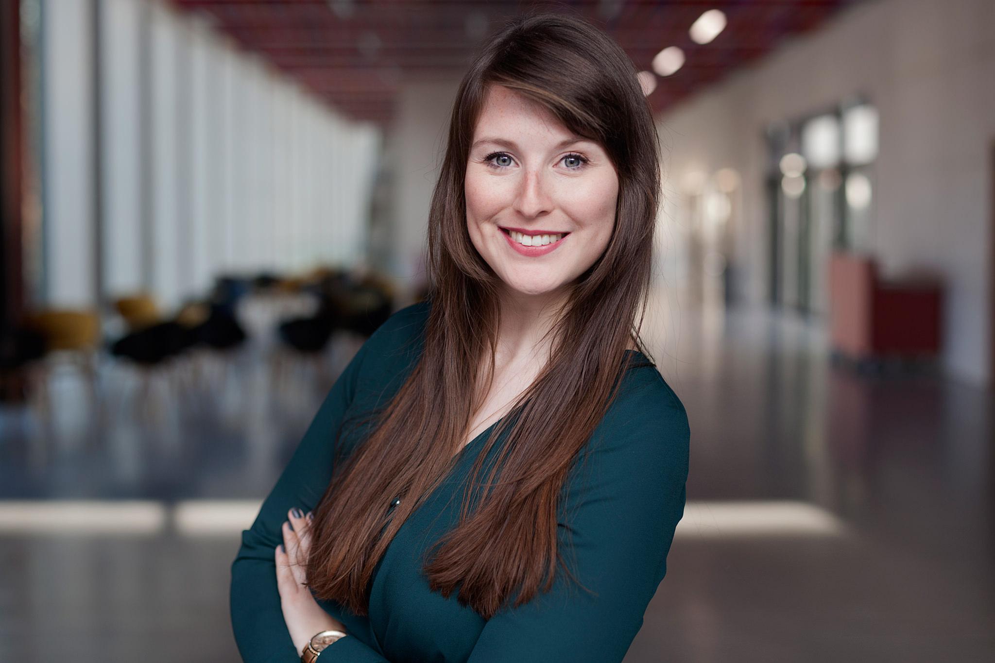 Business Portrait einer braunhaarigen Frau