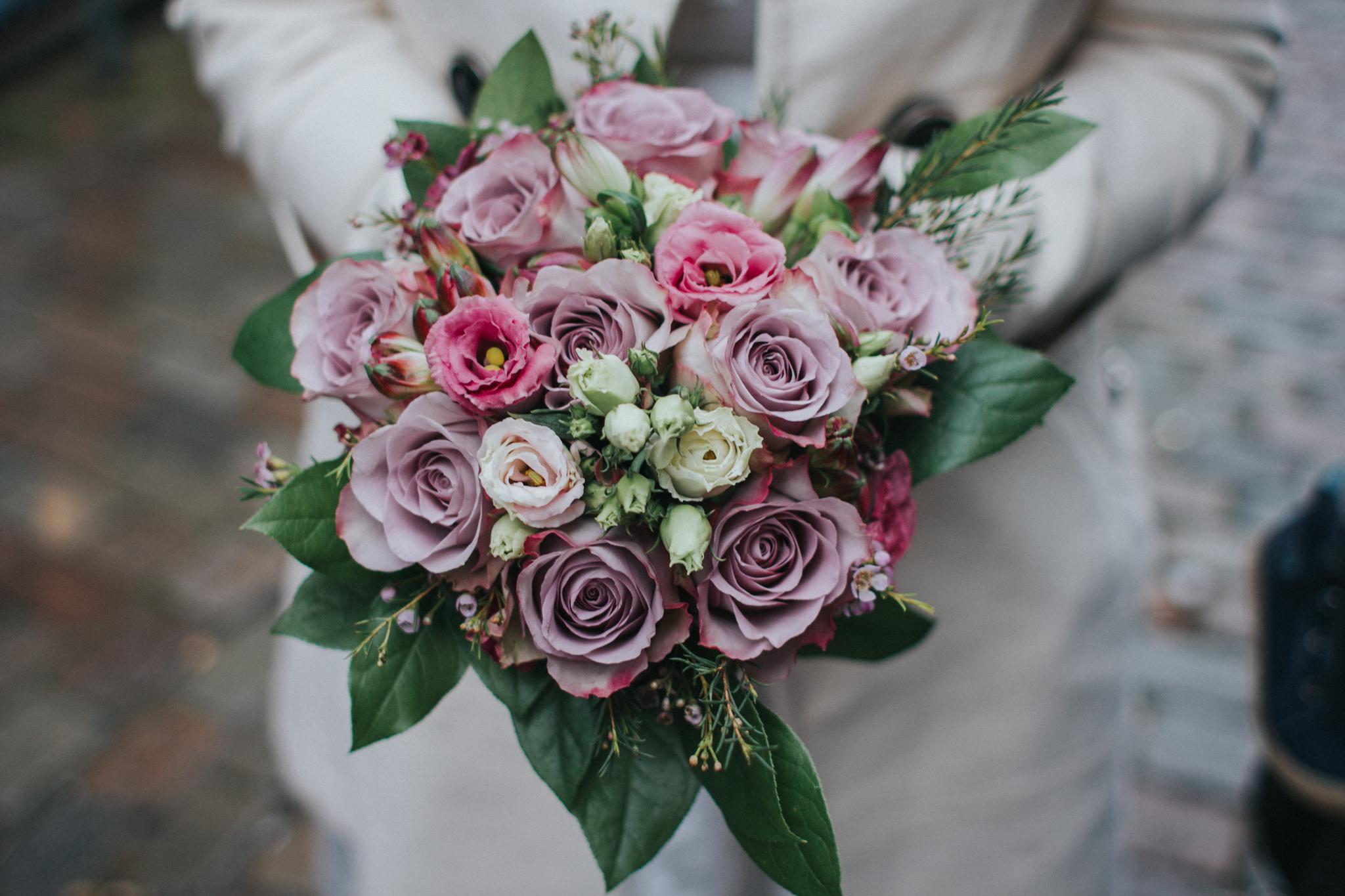 Brautstrauß mit violetten Blumen