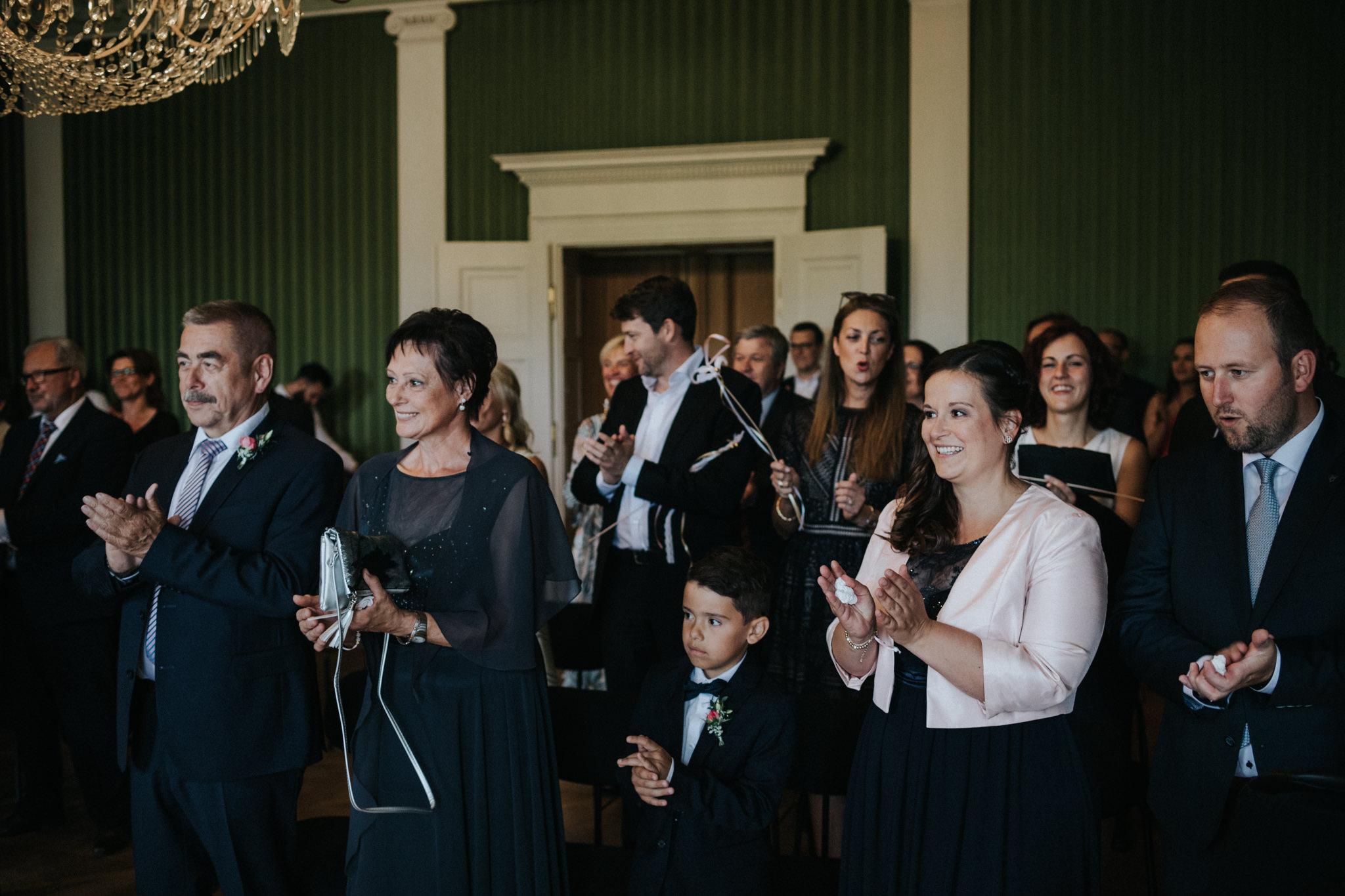 Freudige Hochzeitsgäste