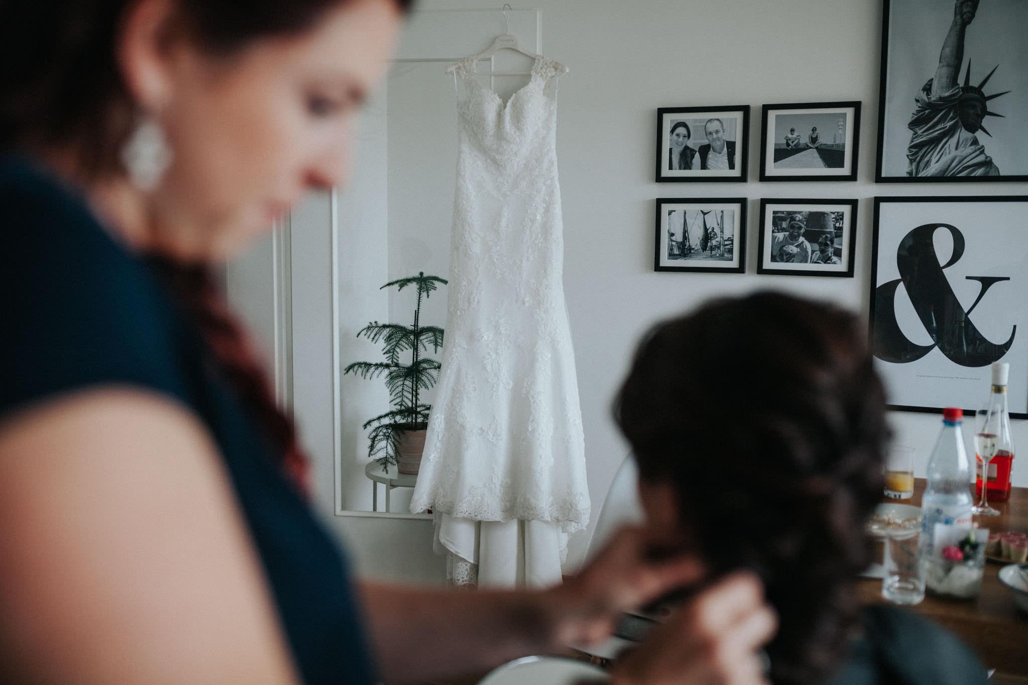 Brautkleid hängt an der Tür