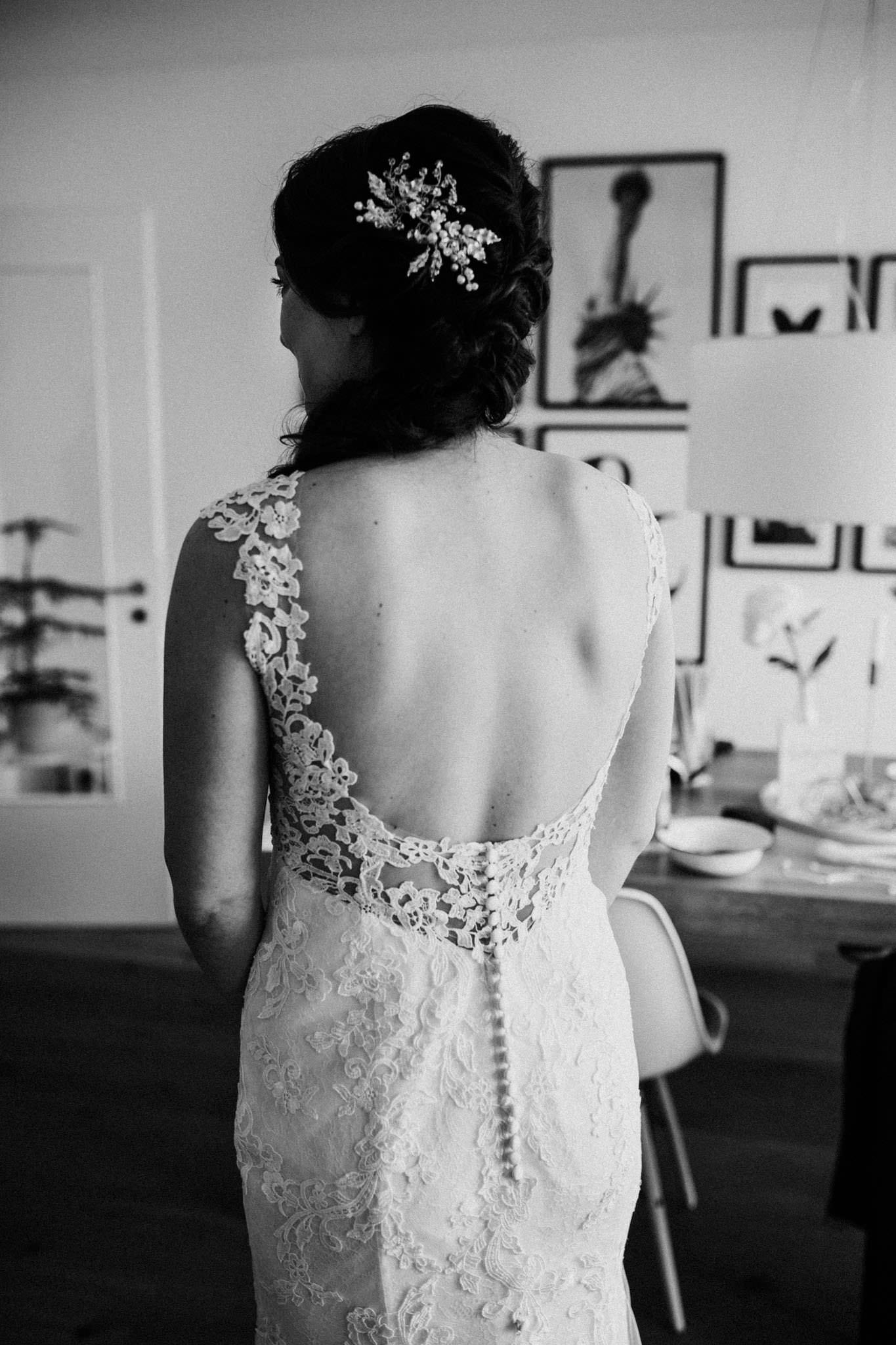 Rücken der Braut im Brautkleid