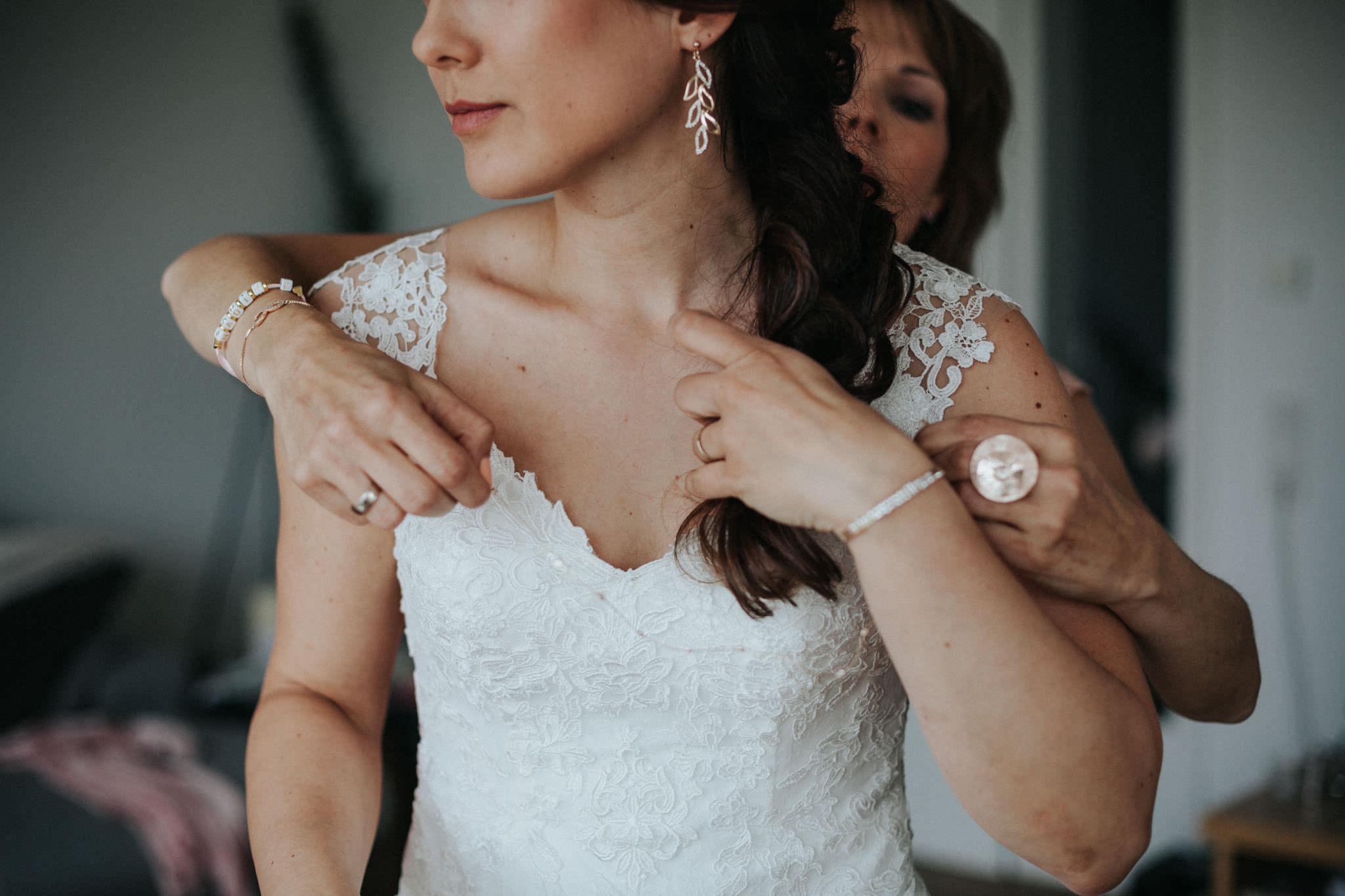 Trauzeugin hilft der Braut bei ihrer Kette