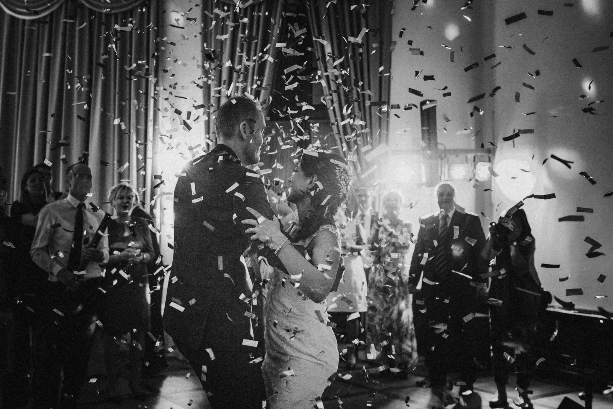 Erster Tanz vom Hochzeitspaar mit Konfetti
