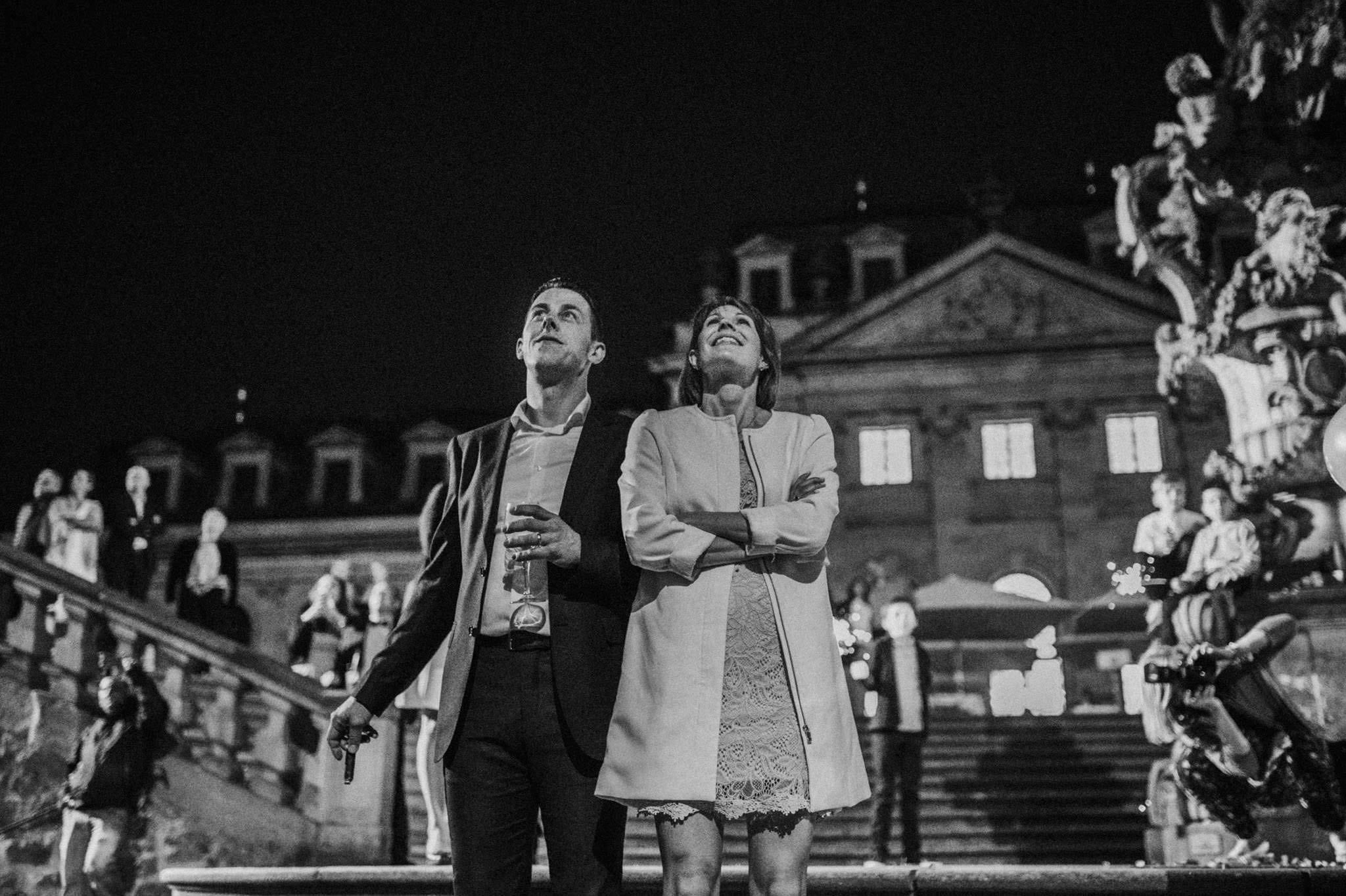 Hochzeitsgäste bewundern Feuerwerk