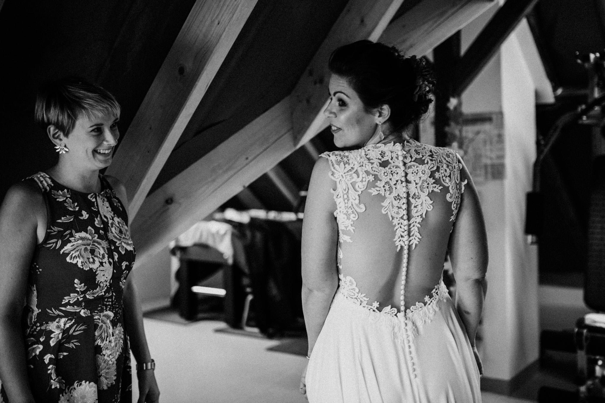 Braut im Kleid in schwarzweiß