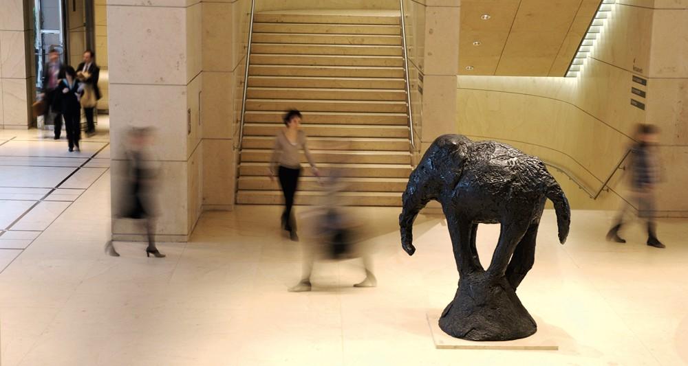 L'éléphant de Barry Flanagan installé au siège de la Société Générale