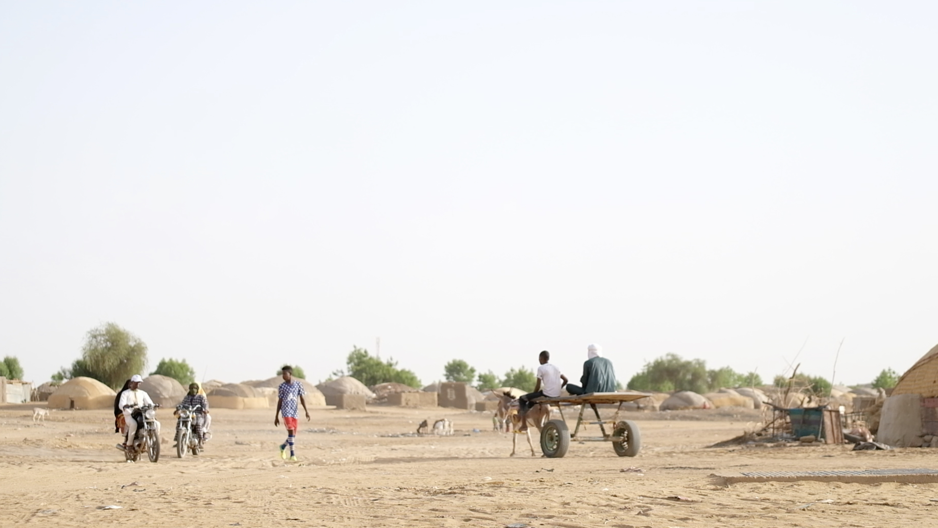 Gao has seen an influx of displaced people, creating challenges to access limited services. The town has been occupied by armed groups but is slowly return to normal, despite ongoing insecurity. Drought and violence drove a surge in people seeking shelter in Gao and many have remained, living in informal settlements on the edge of town.
