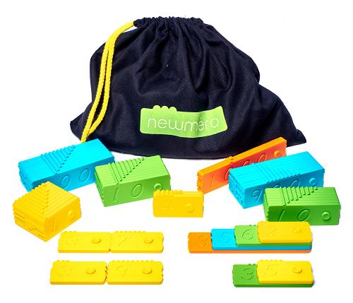 ... enthält - 57 hochwertige Spielsteine aus Kunststoff (in vier unterschiedlichen Farben).- 2 Sets mit gelben Steinen (Zahlen: 1-9)- 2 Sets mit grünen Steinen (Zahlen: 10-90)- 2 Sets mit blauen Steinen (Zahlen: 100-900)- 1 Set mit orangefarbenen Steinen (Zahlen: 1000-3000)Ein Begleitheft mit anregenden Beispielen für Übungen/Spiele (übersetzt ins Deutsche, Englische, Französischen und Dänische).Einen praktischen Stoffbeutel zum Aufbewahren und Transportieren der Steine.