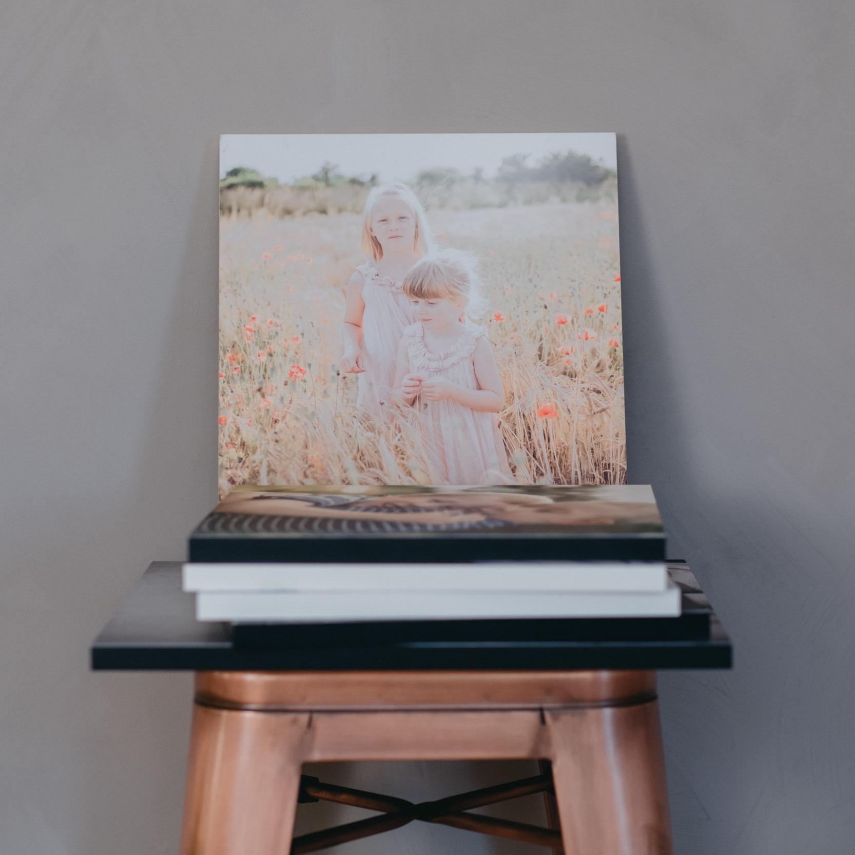 Era bilder i ramar eller på snyggt designade art plates att sätta på väggen. En och en eller varför inte sätta i ett collage? Vi lovar o visa hur det kan se ut så du slipper gissa.