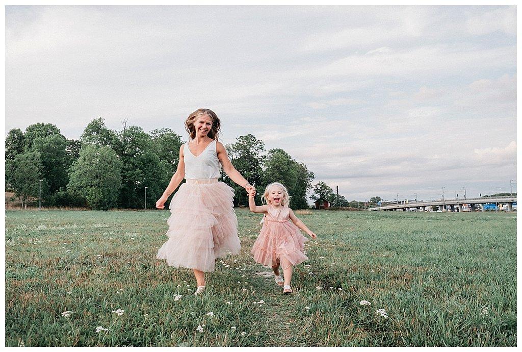 familjefotografering vallentuna_täby_stockholm_familjefotograf_barnfotograf_utomhusfoto familj_barnbilder_familjebilder_levande bilder_pris_