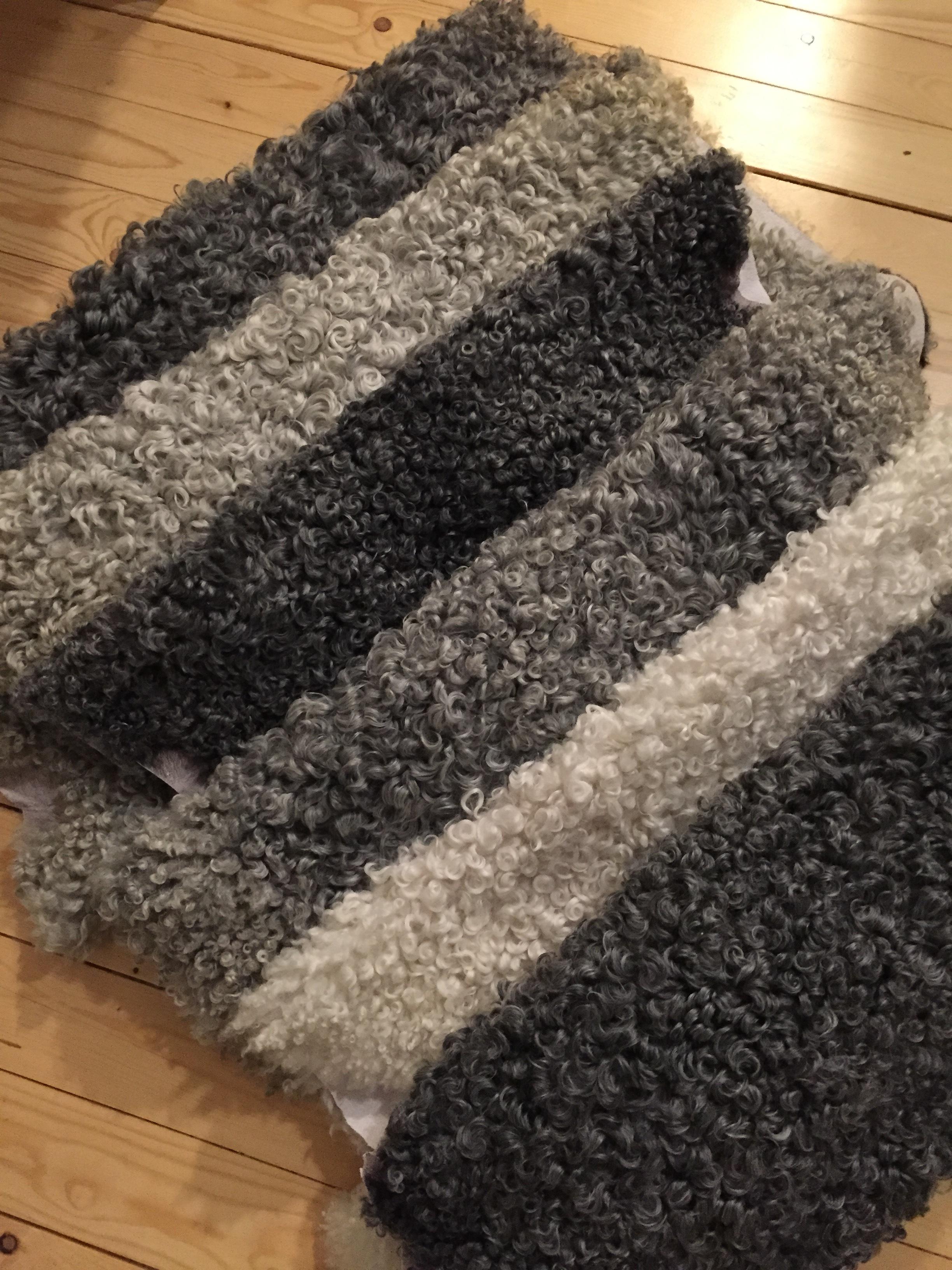 Päls och plädklippta pälsfårsskinn i olika nyanser av grått samt lockstorlek.  (Obs! (Det vita skinnet är dock en blandning mellanpäls/suffolk)