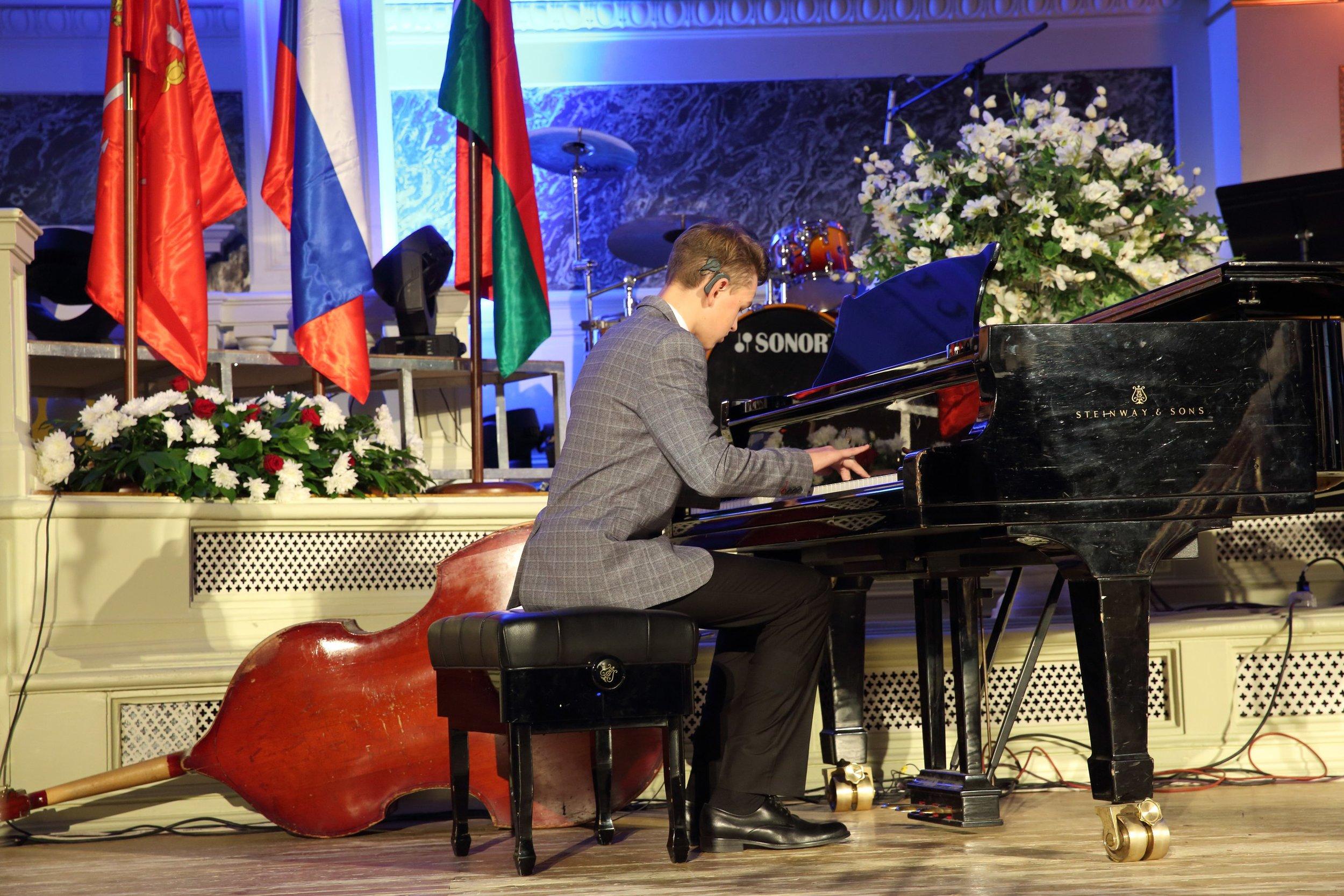 Участник фестиваляДаниил Данилов родился неслышащим - а сейчас он играет на фортепиано и скрипке, участвуя в международных музыкальных конкурсах