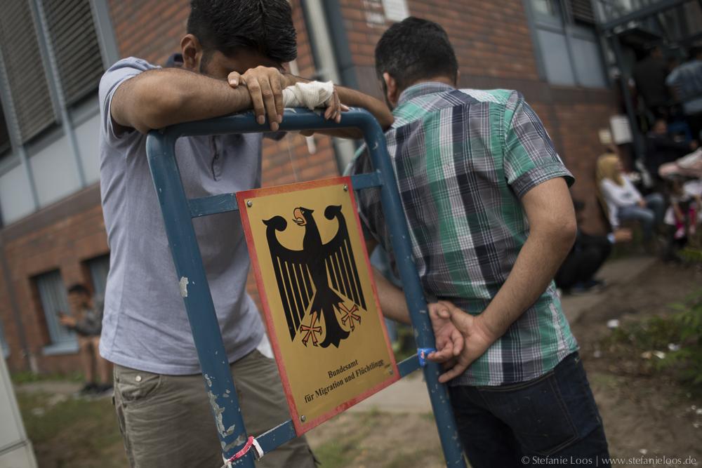 Asylsuchende vor dem BAMF