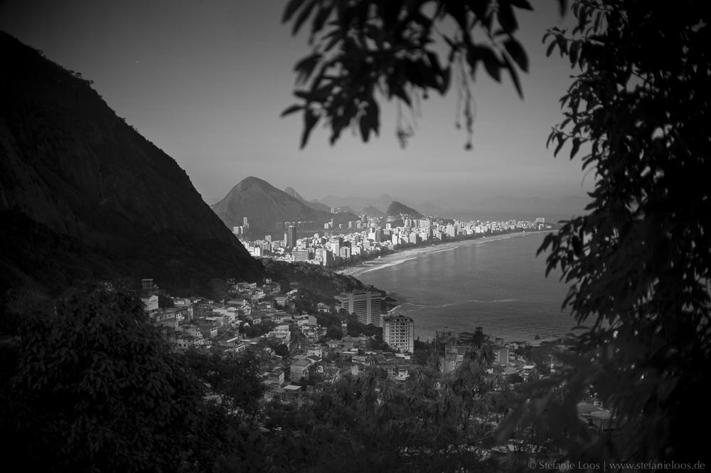 Blick auf die Bucht von Leblon und Ipanema von der Favela Vidigal am Morro Dois Irmãos (Hügel Zwei Brueder) neben dem Stadtteil Leblon.  Rio de Janeiro | 2013