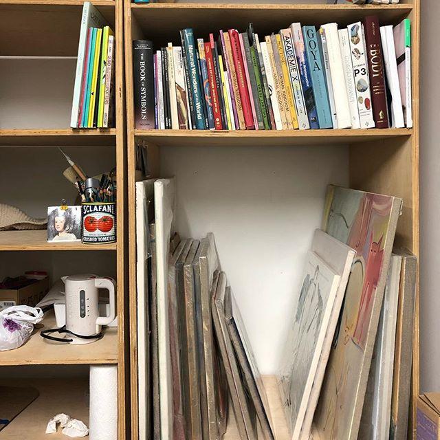 Always love a good artist studio bookshelf #bookshelfie #bibliophile #artiststudio #librierge