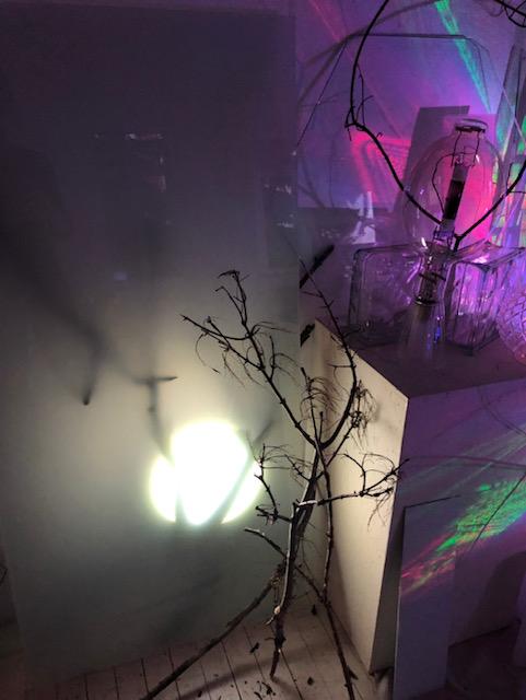 AURORA CIVITAS  Exposition de peintures sur verre, de sculptures sur verre et d'installations immersives dans lesquelles le public peut explorer le thème de la  contextualisation .