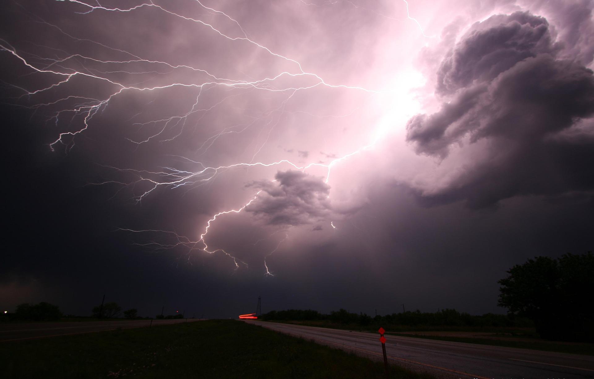 lightning-1056419_1920.jpg