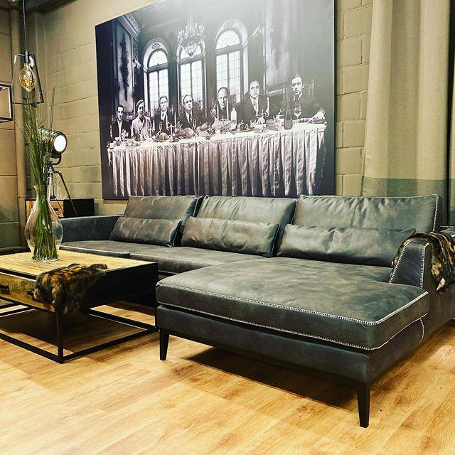 Neww !!! Q Lounge XXL €2250 : Dubbel M-kalfsleder met Bentley stitch afwerking - 3 zit + chaise longue (afmeting : 342 cm op 170 cm )... De Q-Lounge is een ruime zetel en is ook leverbaar in hoeksalon en andere kleuren en maten ...Strak en eenvoudig Italiaans design met veel stevige kussens inbegrepen. De Q Lounge is gemaakt van hoogwaardige kwaliteit M-leder. Een poef is gemakkelijk aan te schuiven in het middenstuk van de zetel waardoor er een groot lounge eiland ontstaat, heerlijk een avondje met zijn allen film kijken krijgt daardoor een andere dimensie. Ook ideaal als u een bezoek  krijgt. Kortom de Q-Lounge  is een absolute aanrader! * Gemaakt van hoge kwaliteit M-leder * Ruime zetel * inclusief extra kussens * Bentley stitch afwerking * Eiken poten www.q-time.be  #landelijkwonen#exclusief#interiors#interieur#instalife#luxury#luxerylife#newcollection#antwerp#wonen#belgium#landelijkwonen#furniture#wonen#landelijkwonen#wommelgem#brasschaat#schilde#interieur#meubelwinkel#antwerpen#belgie#ownfabrication