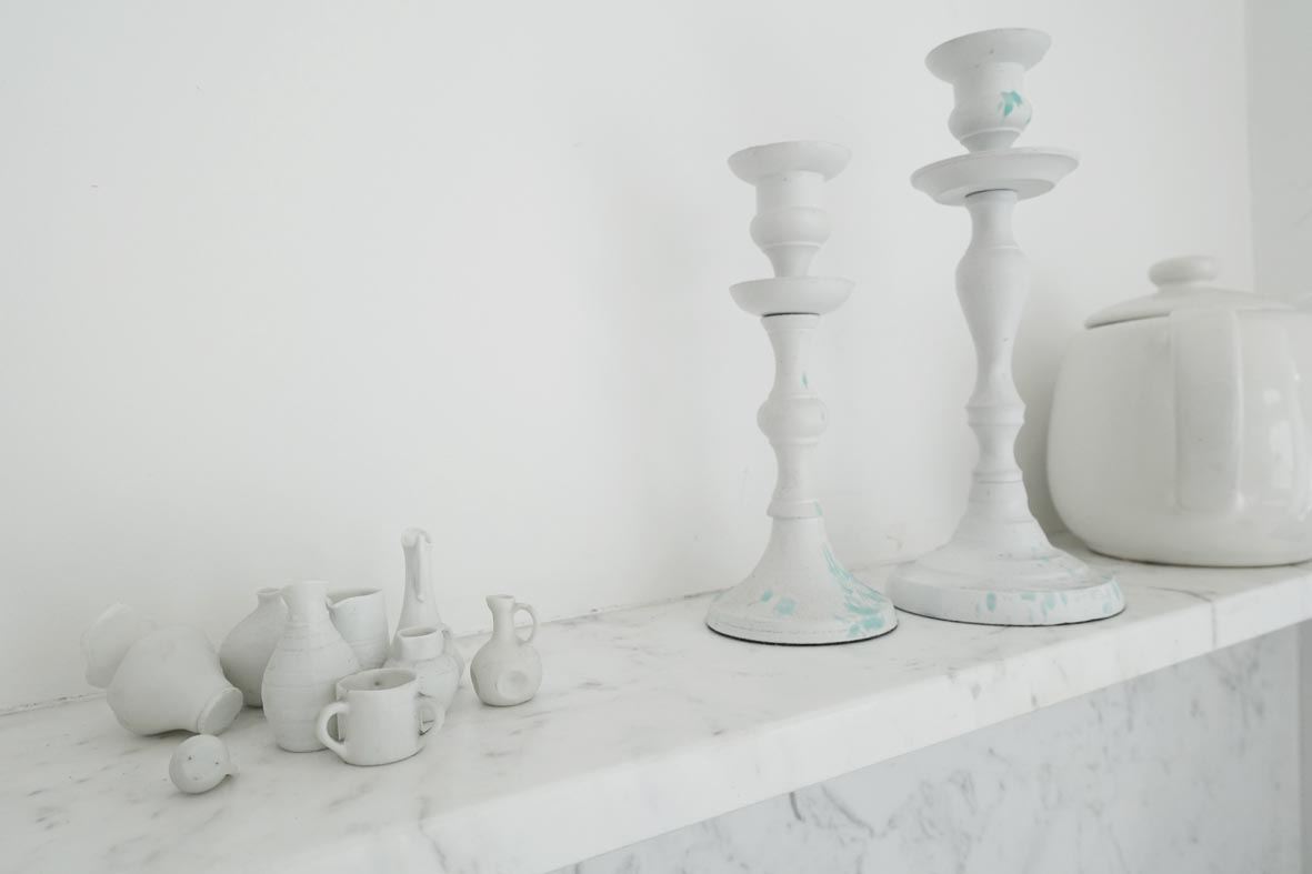 All white objects on the pale marble shelf – as stunning as a still-life painting!